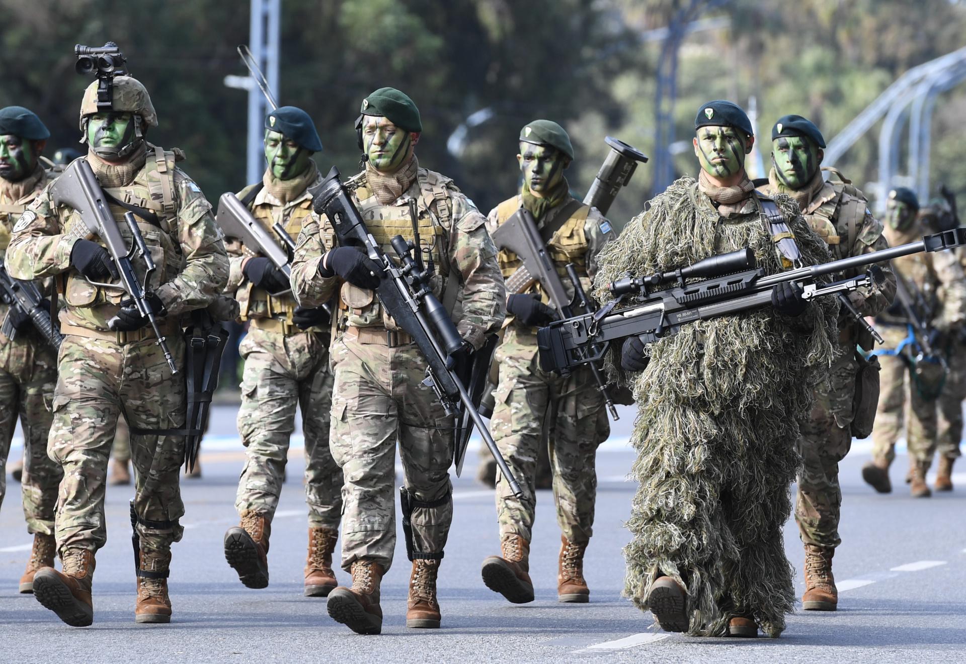 Integrantes del ejercito vestidos como el uniforme de combate