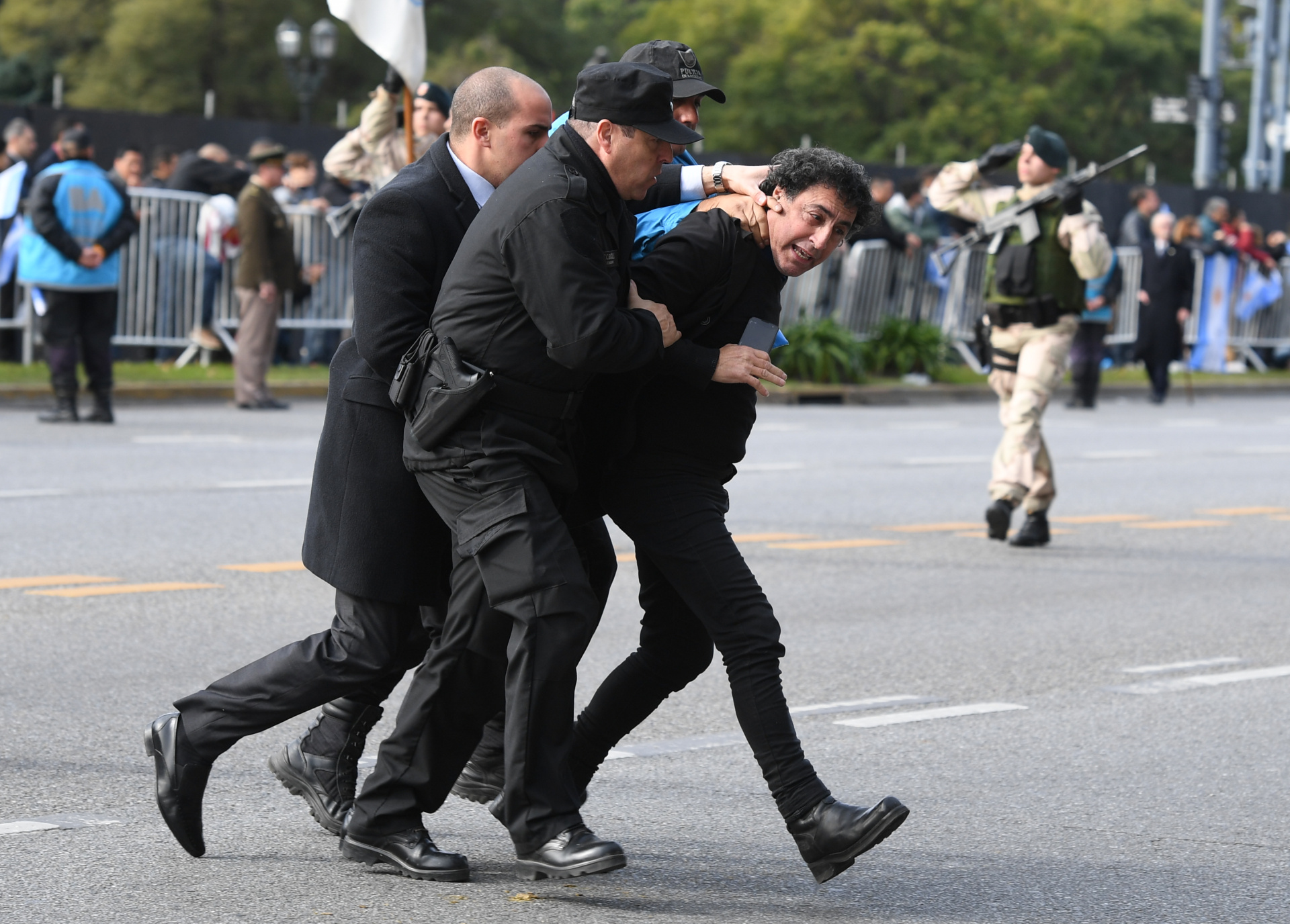 El hombre fue interceptado y lo sacaron del desfile con rapidez