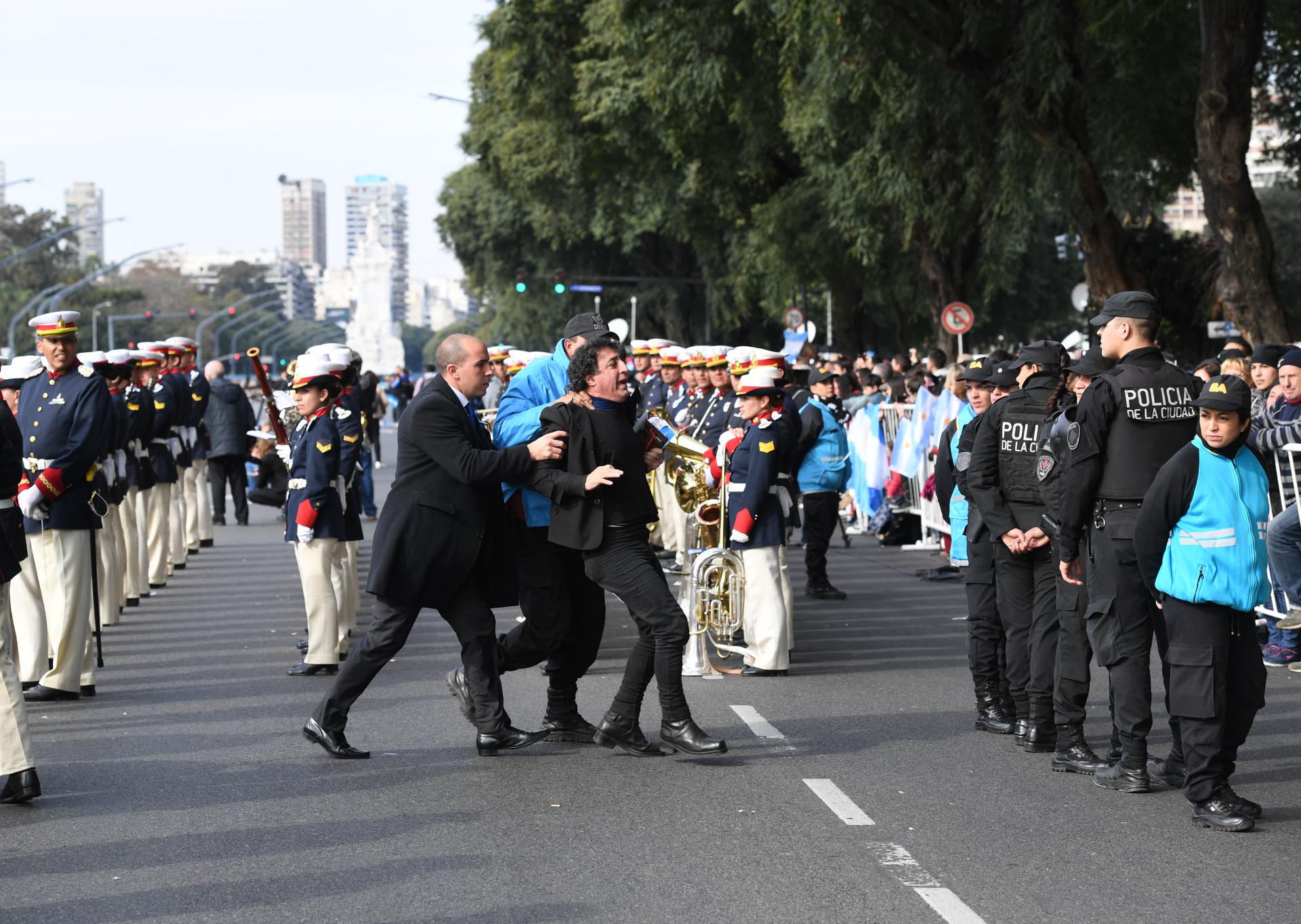 Un hombre se metió en el medio del desfile y fue detenido por la policía porteña