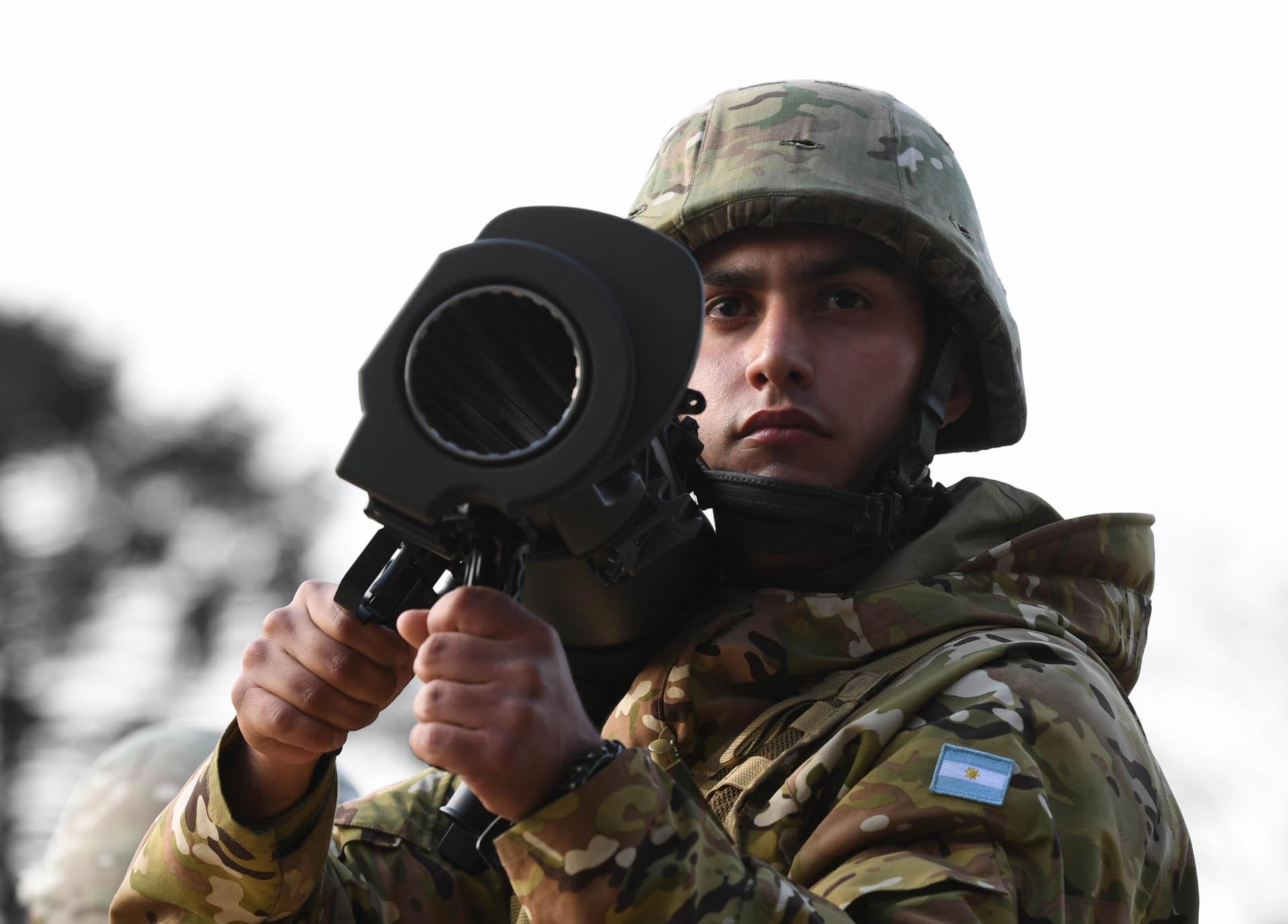 Un soldado del Ejército argentino lleva un lanzacohetes portátil