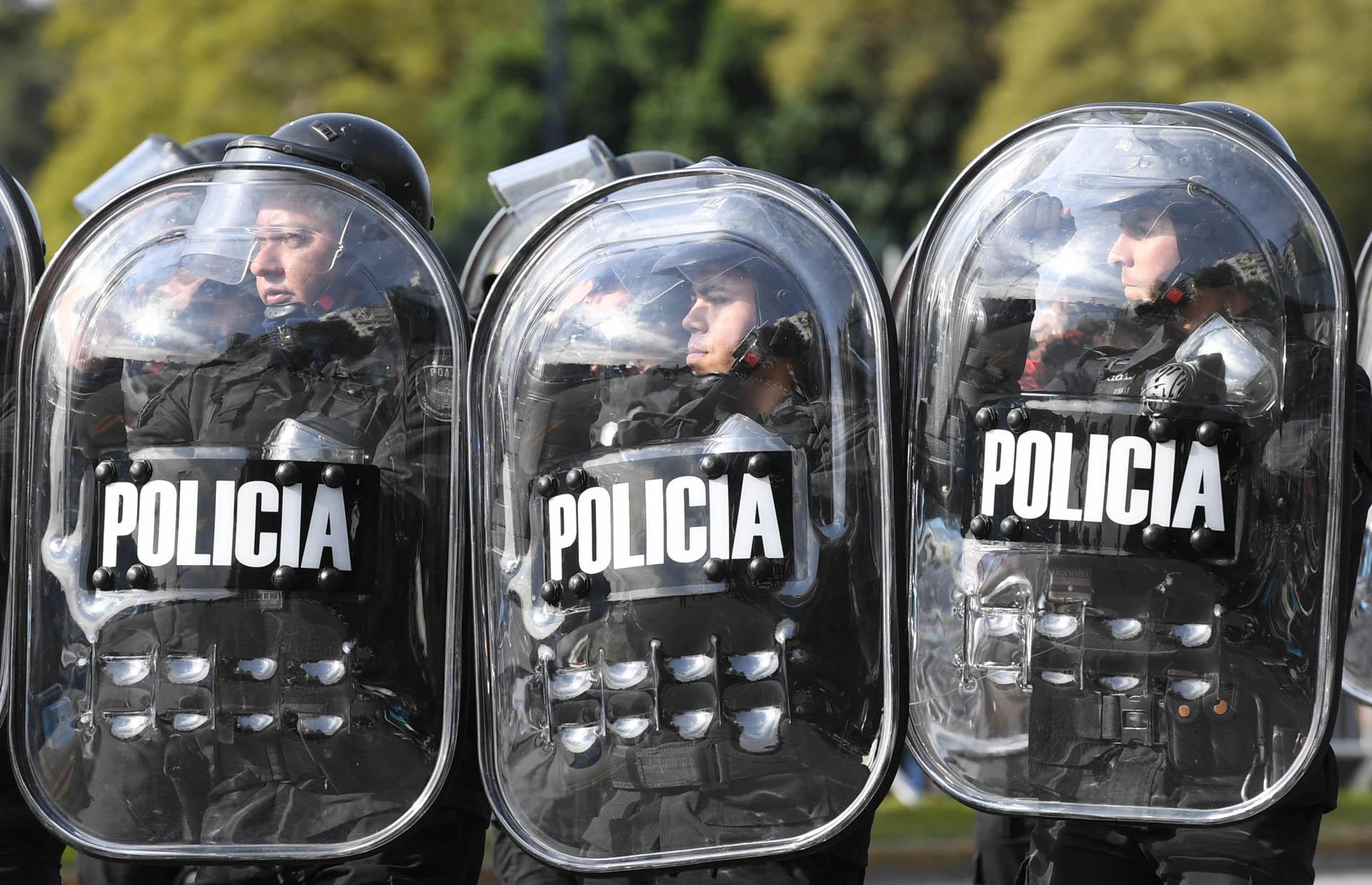 Efectivos de la Policía con sus uniformes y escudos