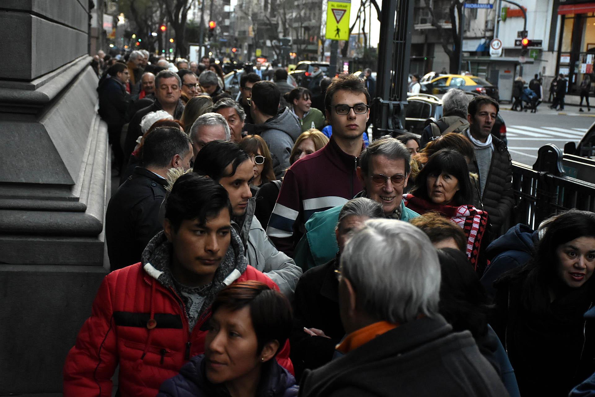 Minutos después de las 20 el velatorio del ex presidente Fernando de la Rúa cerró al público