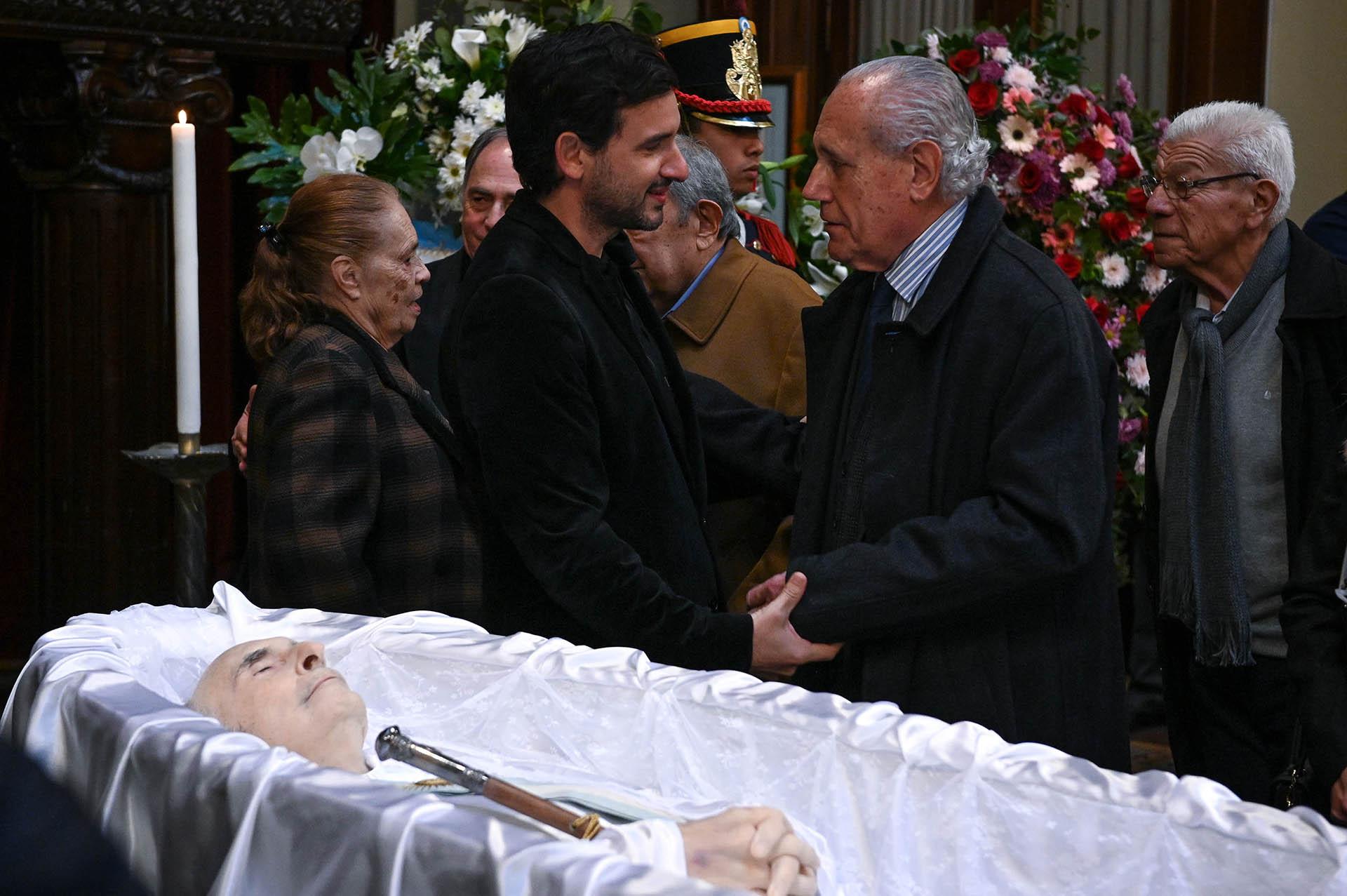 El ex ministro de Justicia Jorge Vanossi saluda a Antonio de la Rúa, hijo del ex Presidente