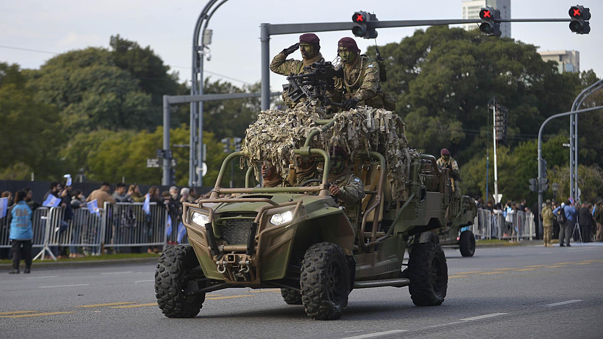 Un vehículo de transporte de personal camuflado