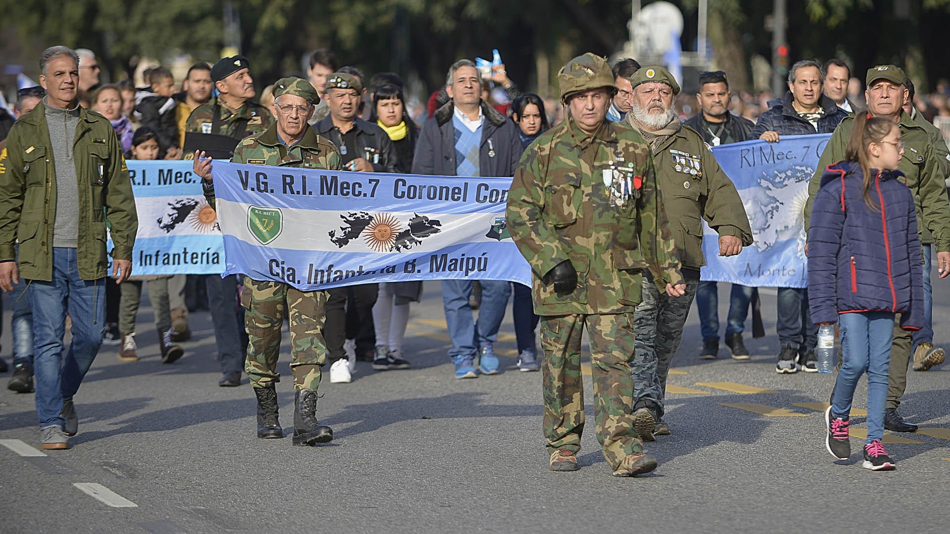Los veteranos de Malvinas marcharon con sus antiguos uniformes y sus condecoraciones