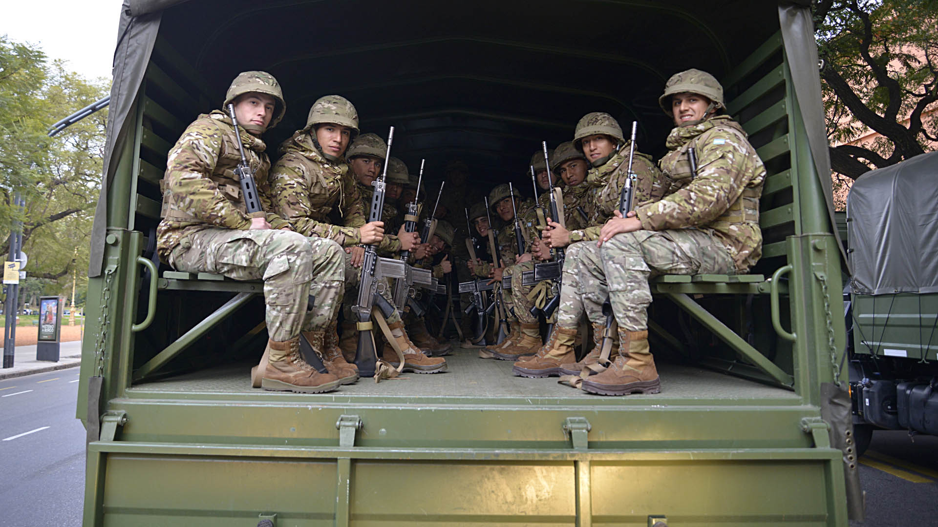 Soldados del Ejército arriba de uno de los camiones que trasladó a los efectivos al desfile