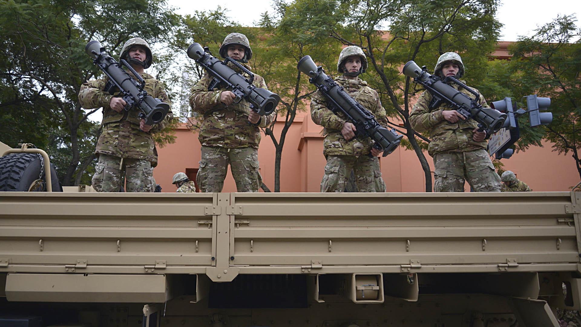 Soldados del Ejército cargan lanzacohetes portátiles