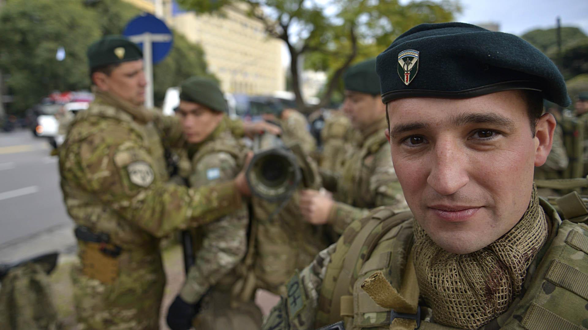 Los soldados del Ejército preparándose para el acto en Palermo