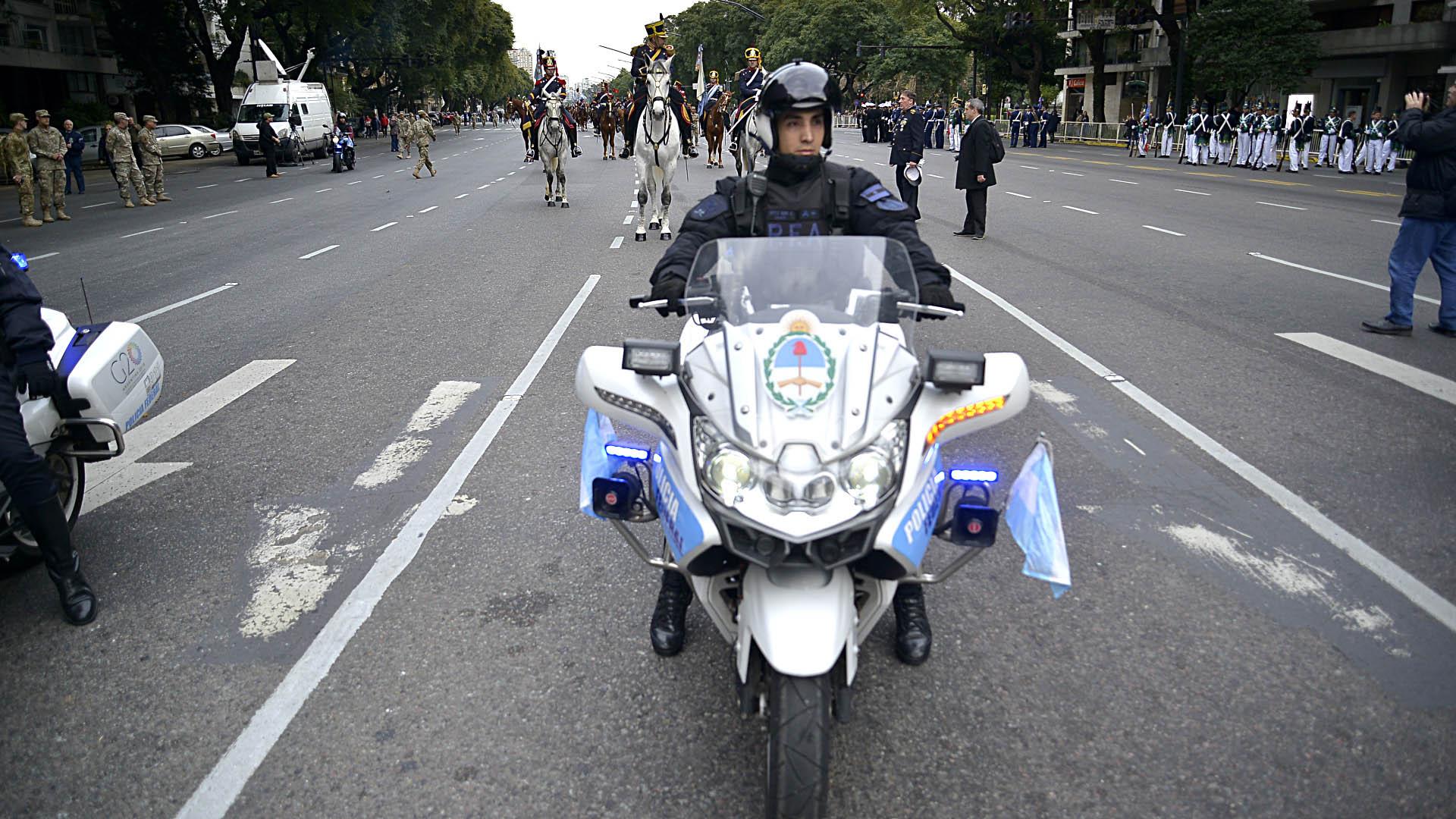 Un efectivo de la Policía Federal Argentina arriba de su moto