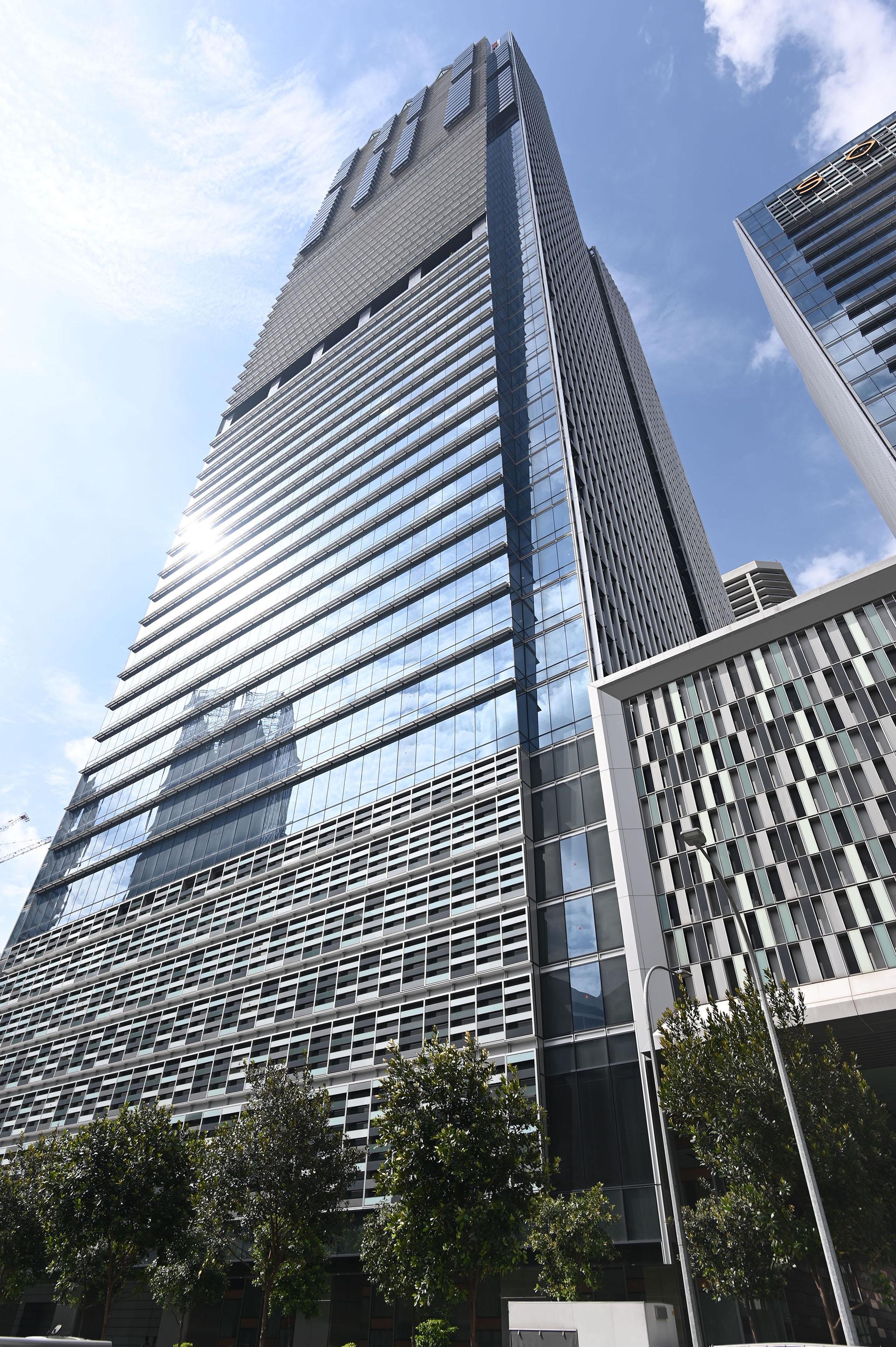 Tiene una altura de 290 metros y 68 pisos, que lo hacen el edificio más alto de Singapur y uno de los cien más altos de todo el continente asiático
