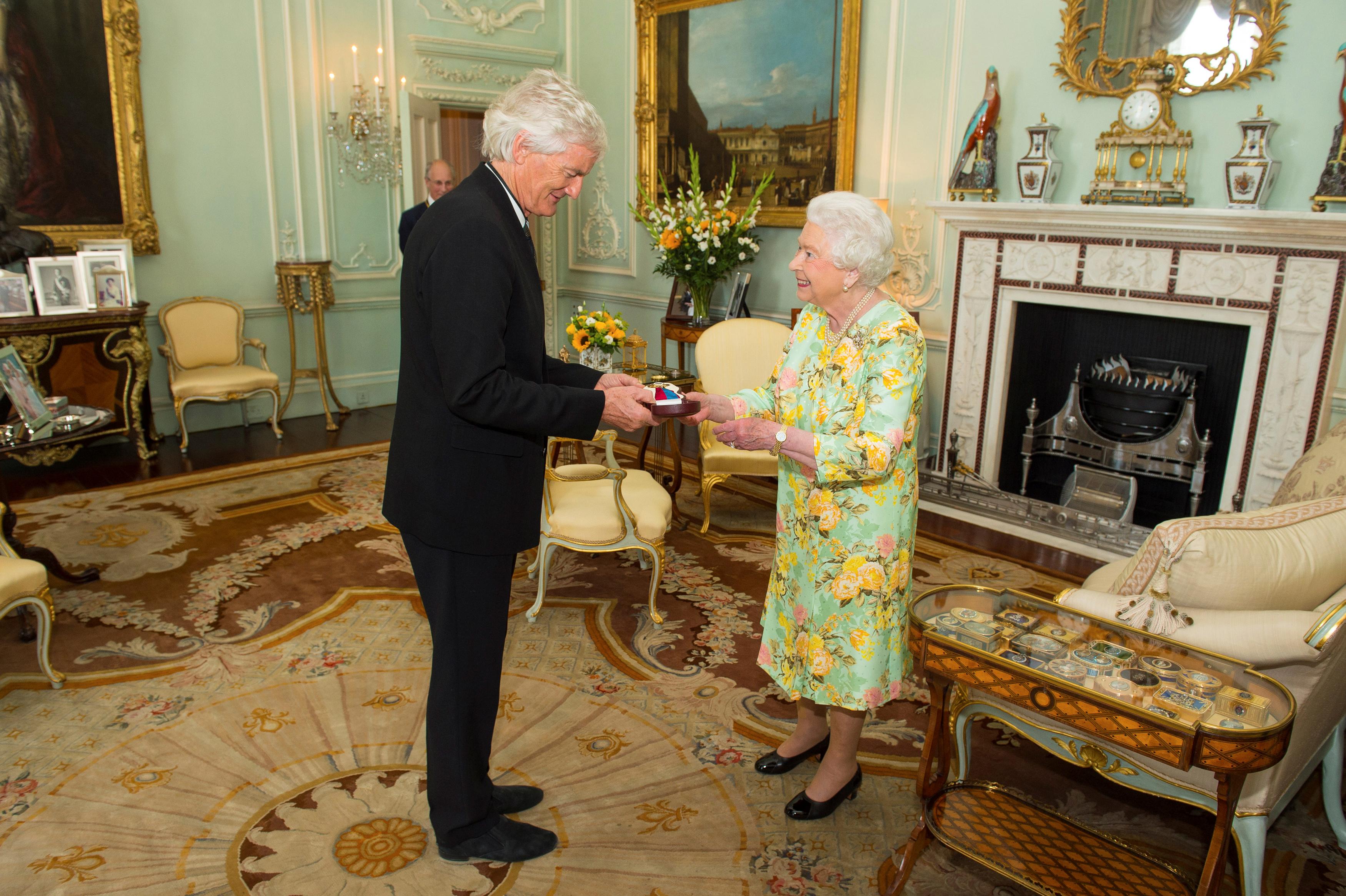 Dyson recibió en 2016 la Órden de Mérito por parte de la Reina Isabel II