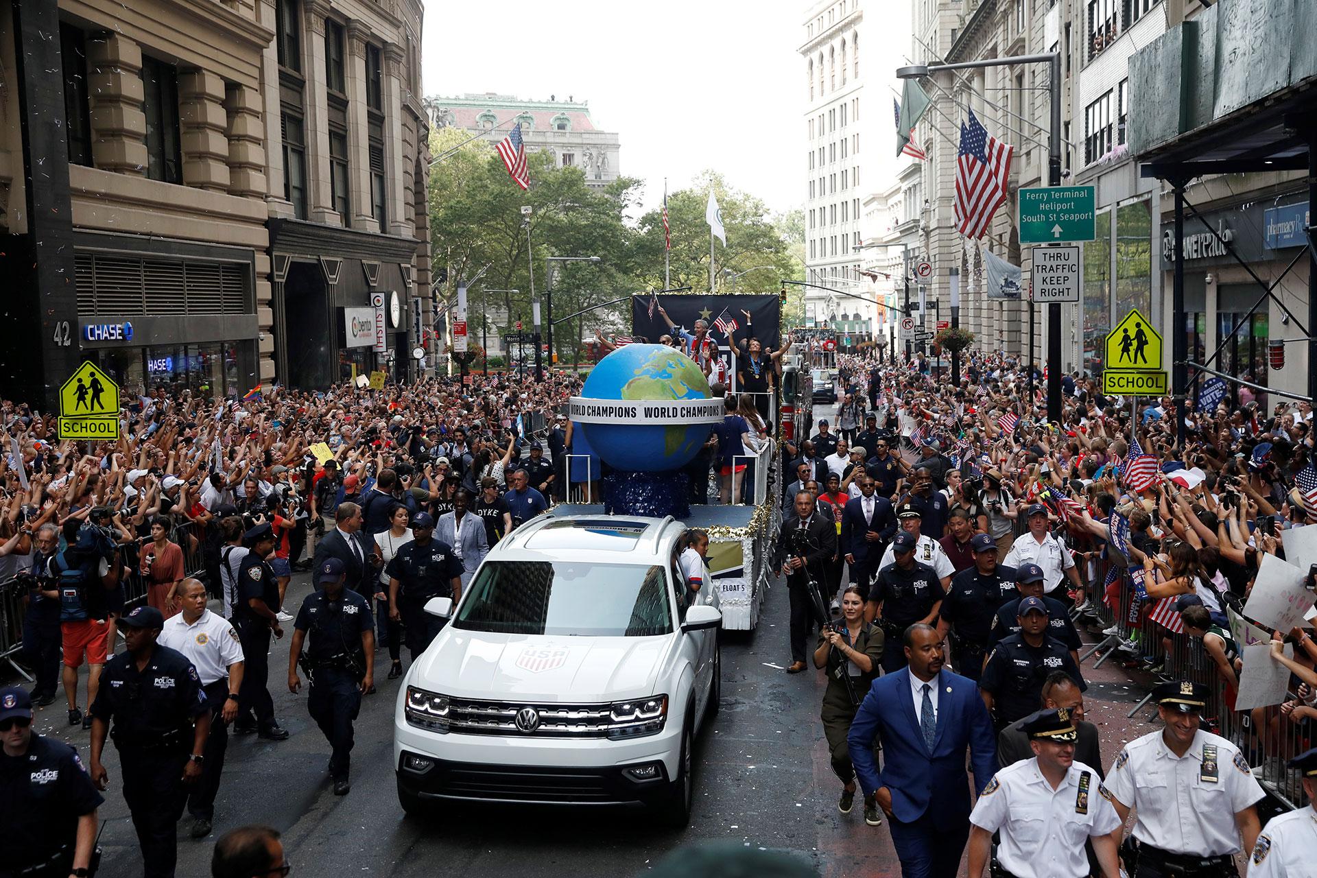 Durante el desfile, y bajo toneladas de confeti, las jugadoras se repartieron en varias de las carrozas y fueron acompañadas por las autoridades locales y estatales, como el alcalde Bill de Blasio o el gobernador del estado, Andrew Cuomo