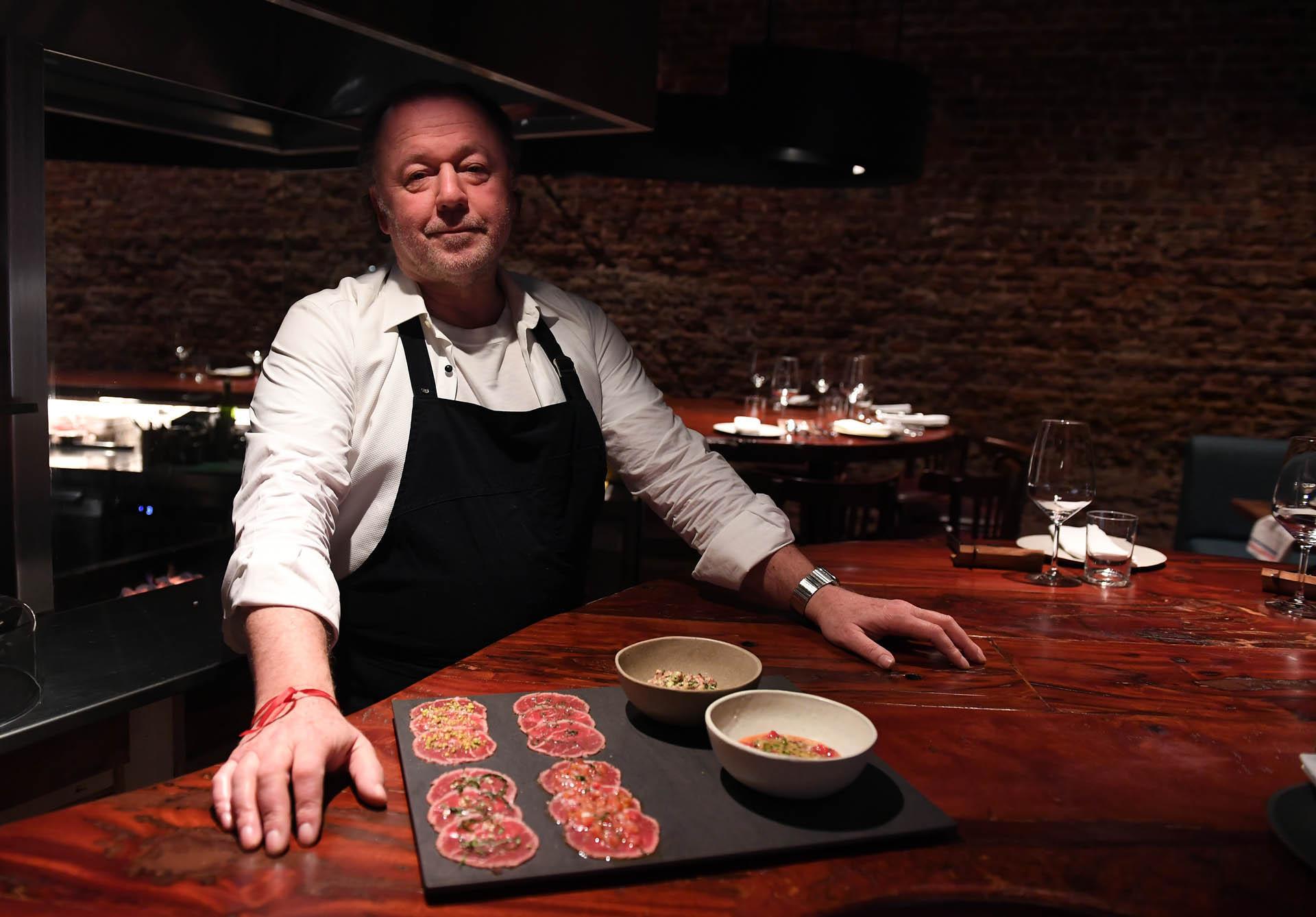 En un primer momento pensó en hacer una cocina experimental, donde pudiera investigar y experimentar con sus platos. Iba a poner mesas para 15 personas máximo y cobrar un cubierto simbólico de 200 pesos