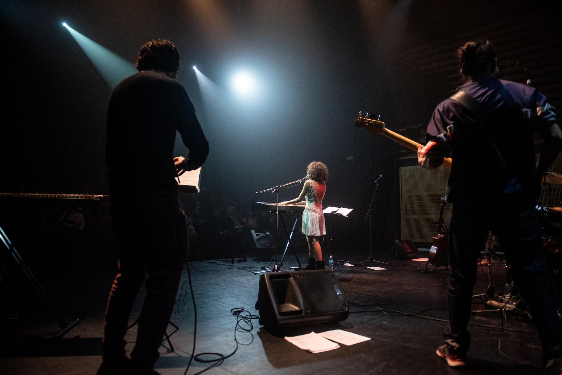 Sumaia junto a sus músicos