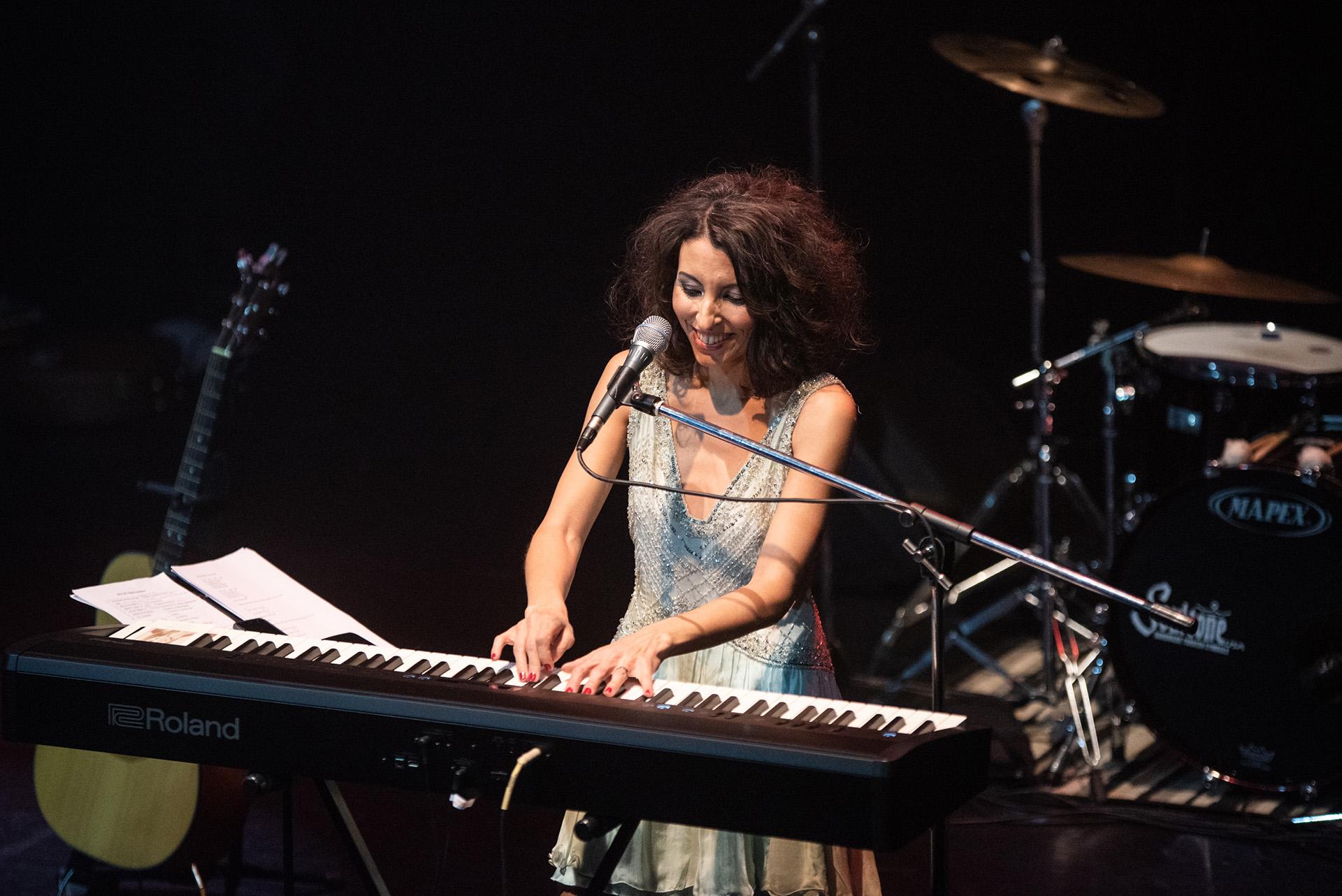 Este disco en particular esperóocho largos años para llegar al público después de la muerte de su hermana, la periodista Nínawa Daher