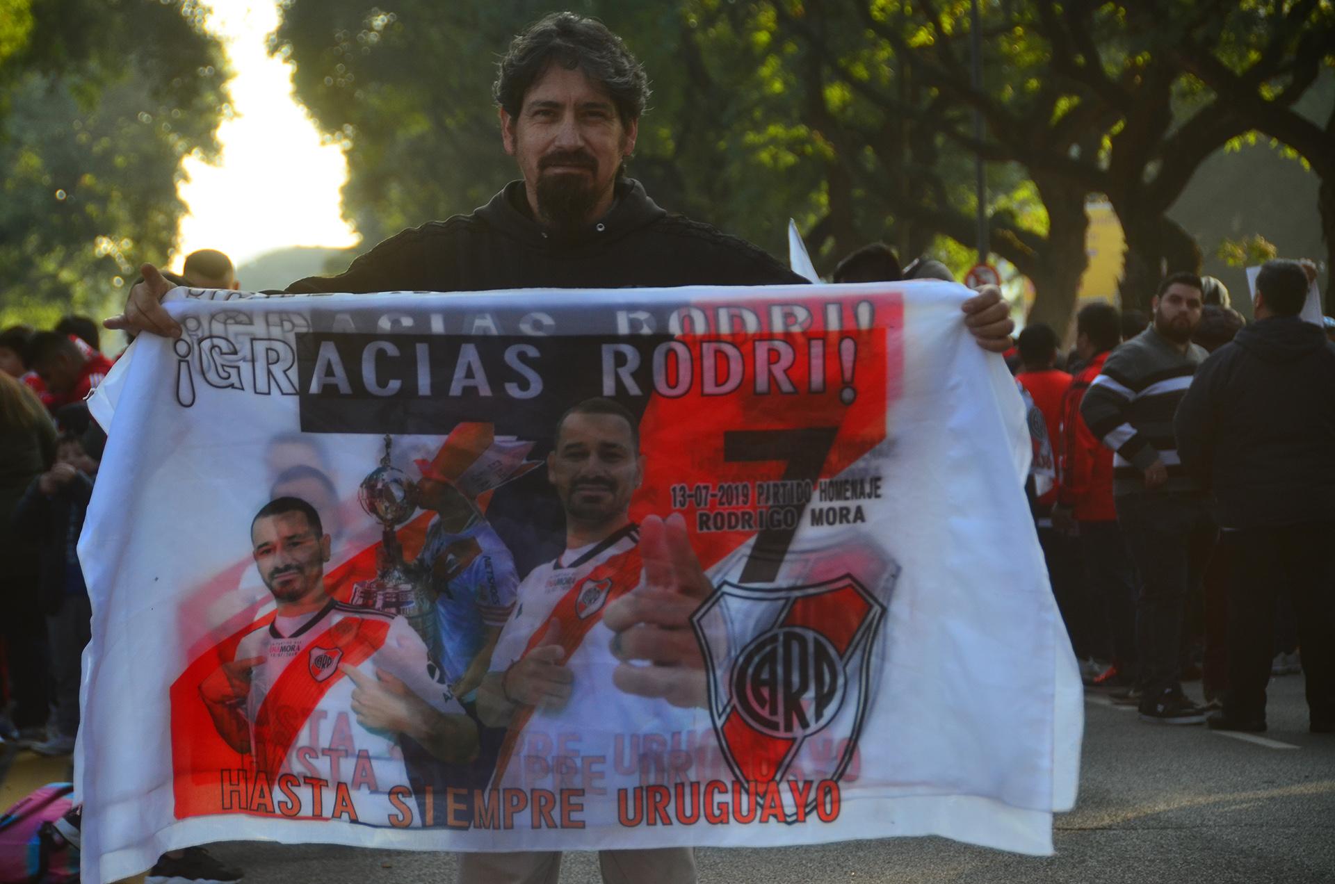 """""""Gracias Rodri"""", las banderas del uruguayo en su último partido"""