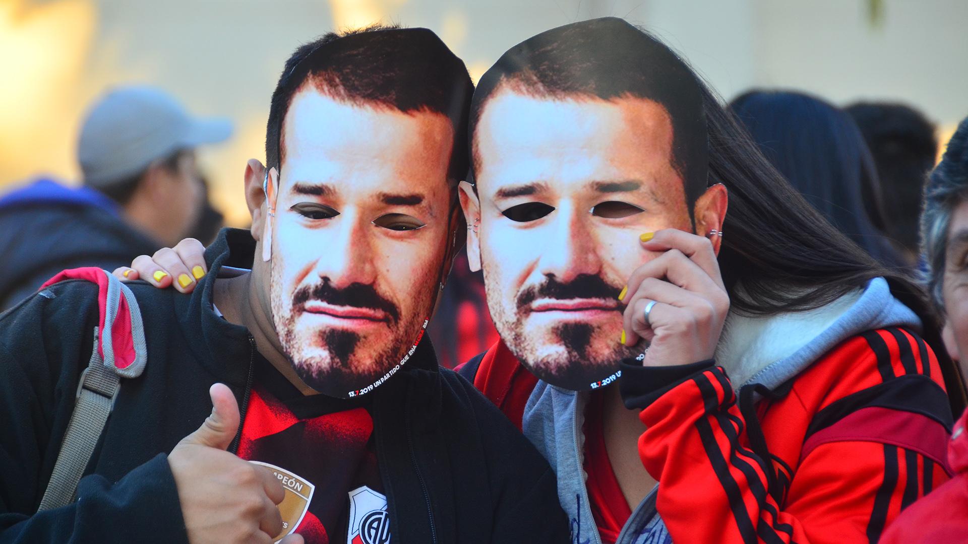 Los hinchas con máscaras de Mora en la previa del partido