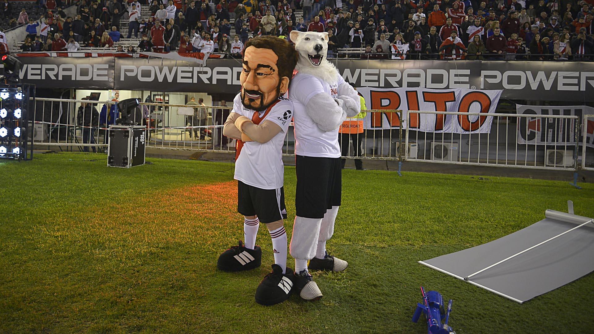 """La caricatura de Rodrigo Mora con el muñeco del """"Oso"""" con el festejo que inmortalizó Pratto"""