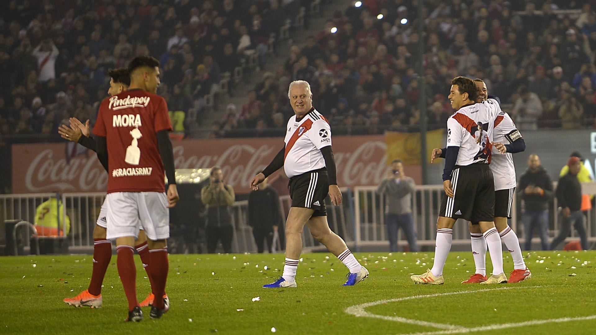 """Gallardo abraza a Mora, mientras el """"Beto"""" Alonso se aleja"""