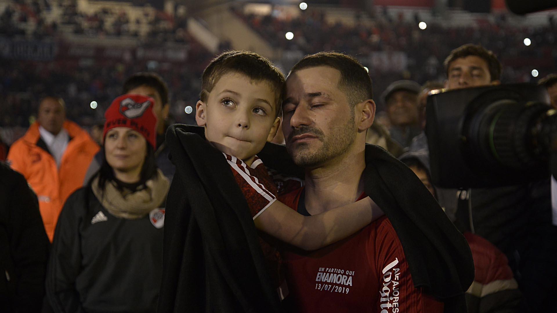 El delantero con su hijo en brazos