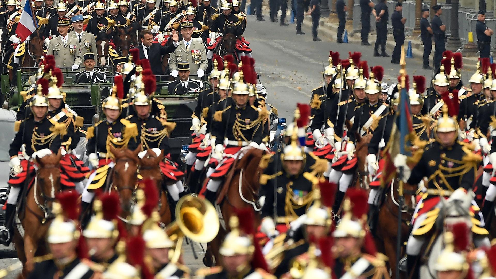 La caballería al frente del Macron (AFP)