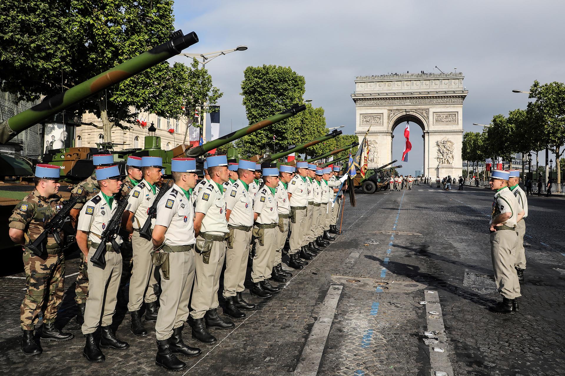 Soldados franceses junto a sus tanques Leclerc