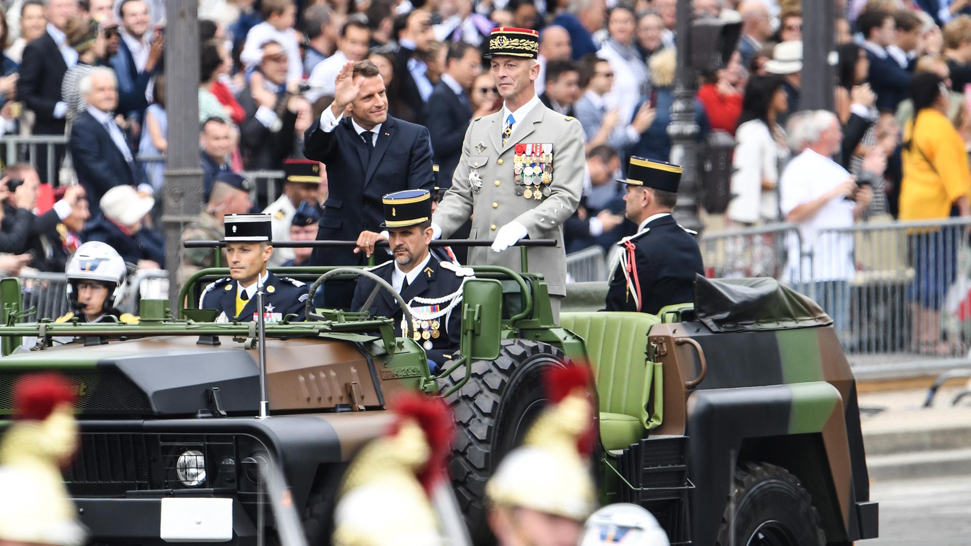 Emmanuel Macron, presidente de Francia, saludando a las tropas y acompañado por el jefe del Estado Mayor francés, Francois Lecointre