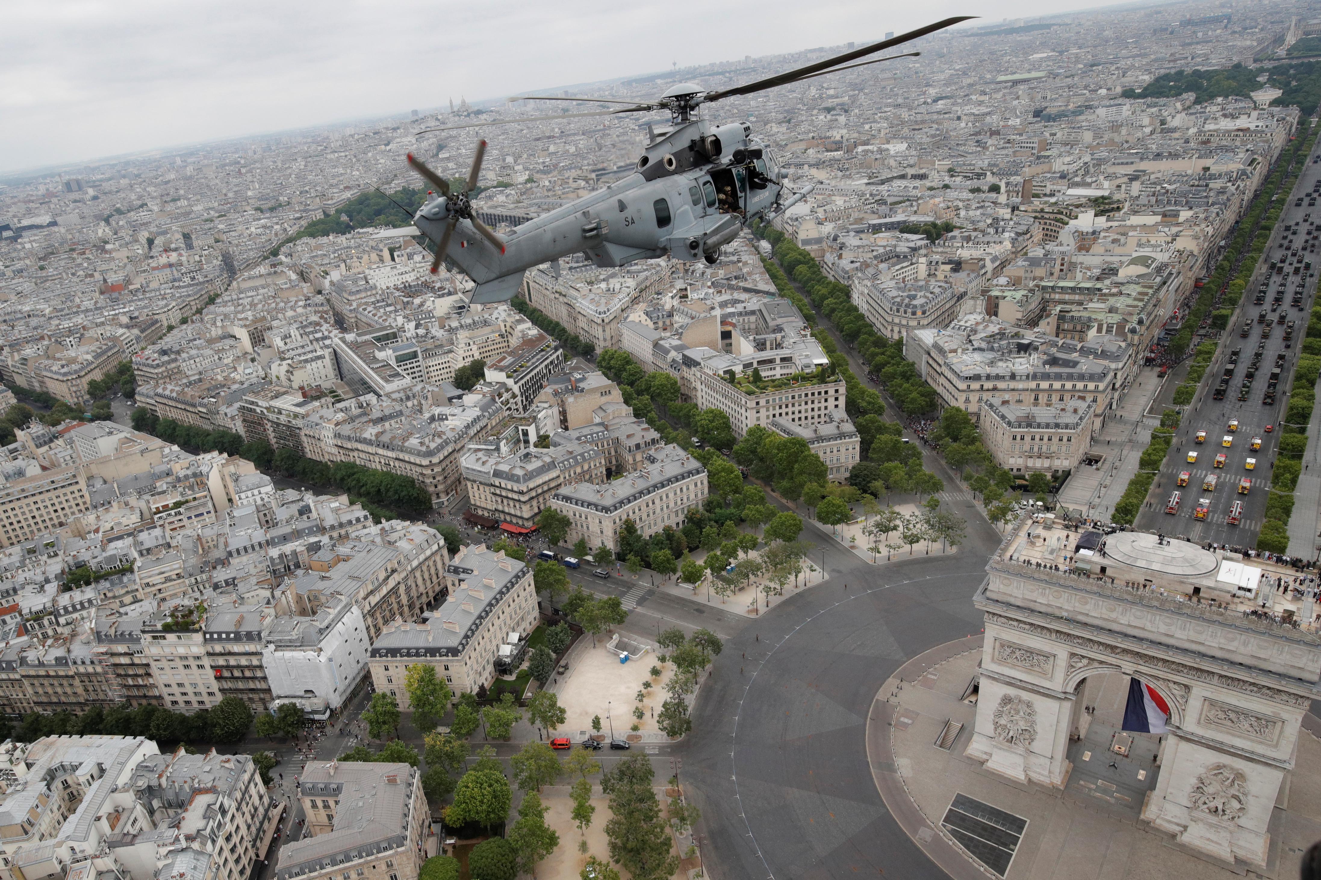 Imagen tomada desde un helicóptero y sobre el Arco del Triunfo
