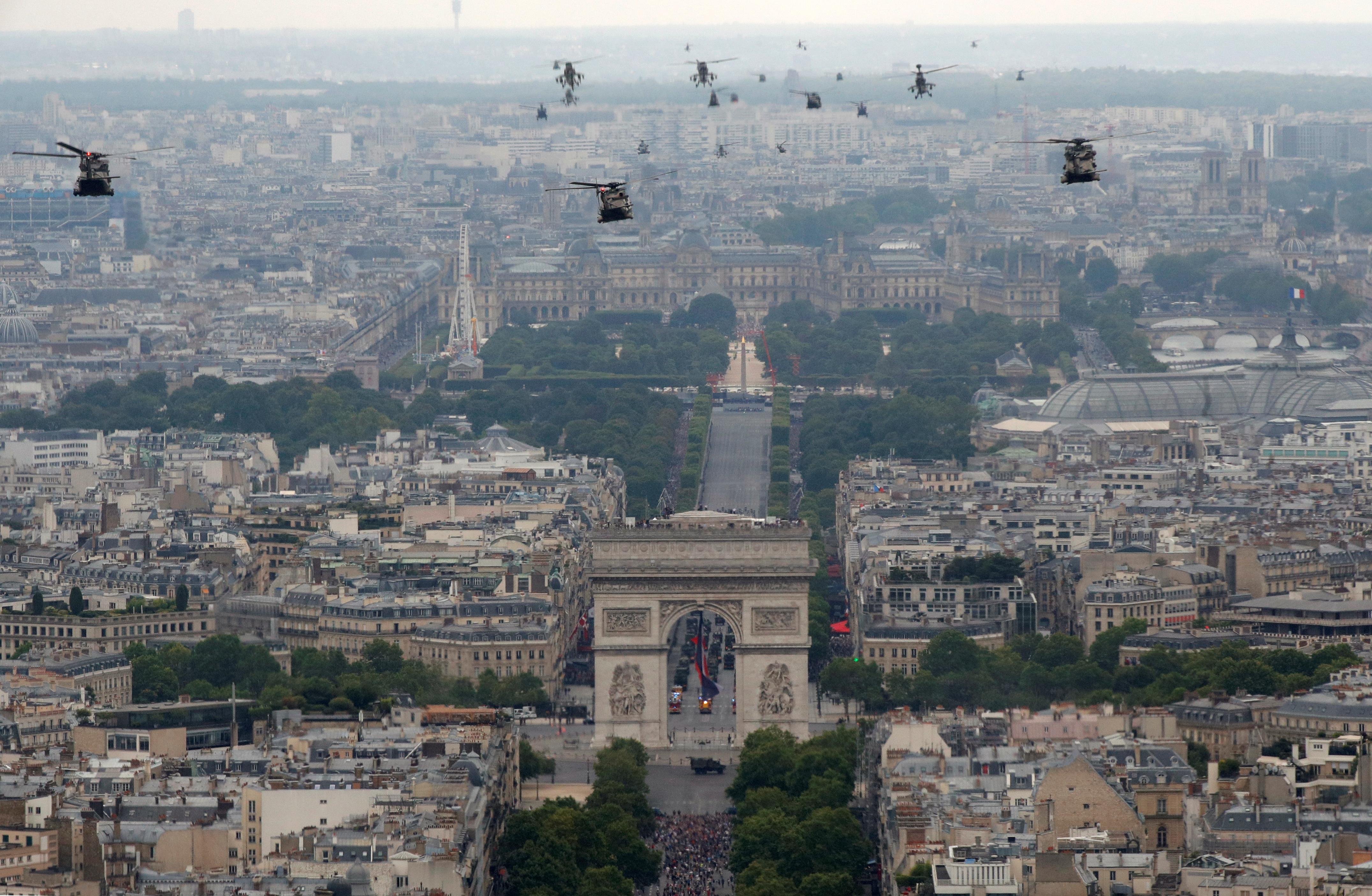 El vuelo de los helicópteros sobre París