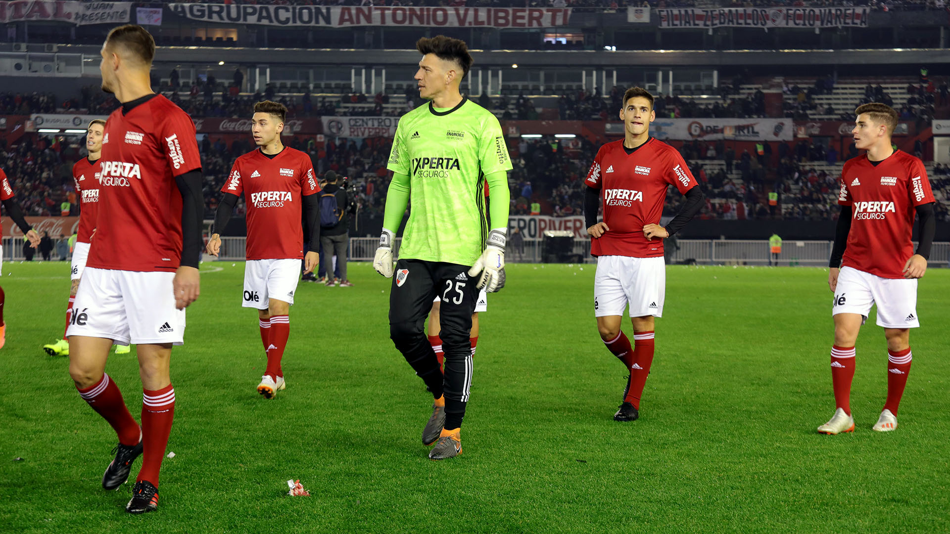 Un equipo jugó de rojo y el otro con la tradicional roja y blanca