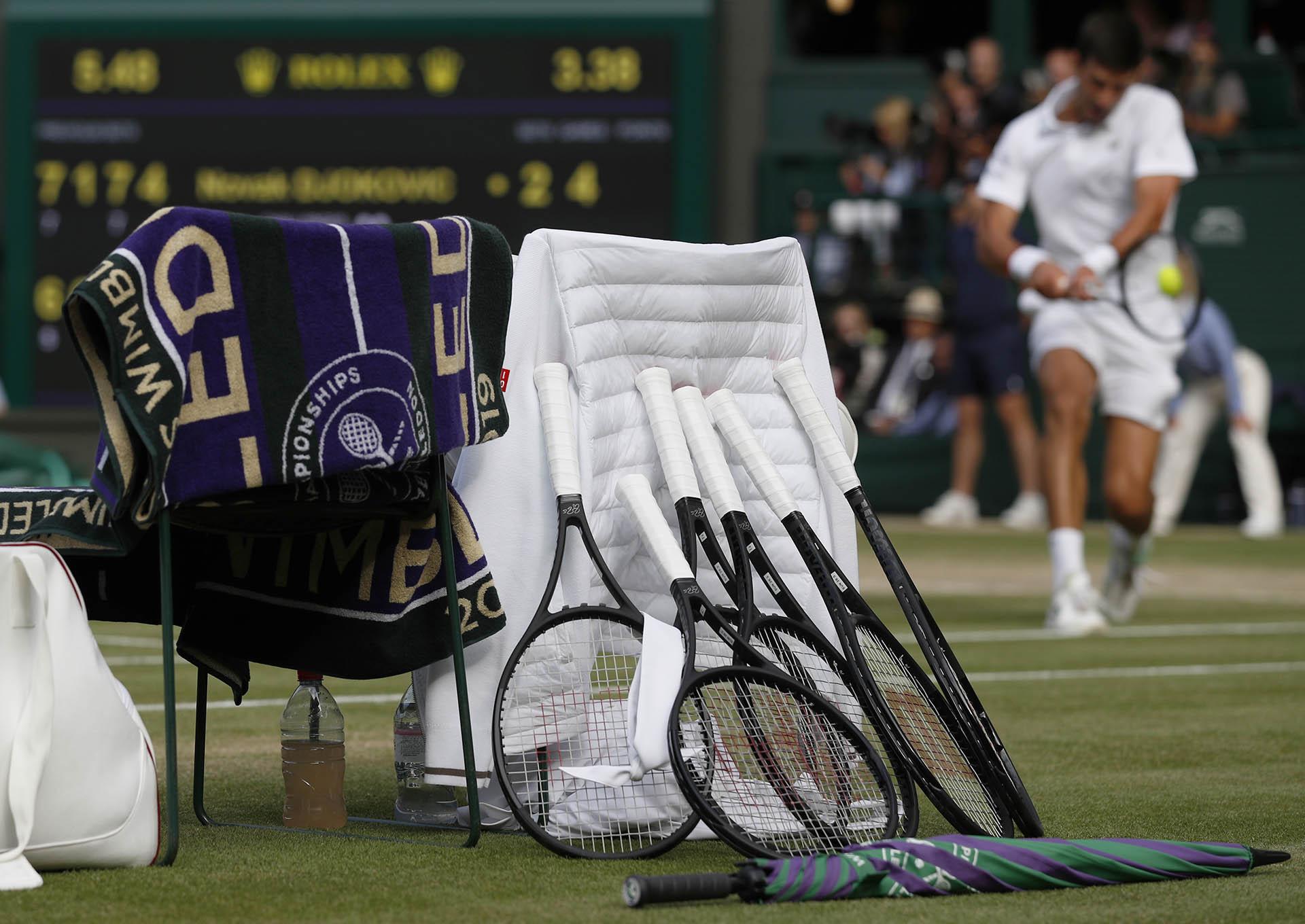 Las raquetas y las toallas de los tenistas (AFP)