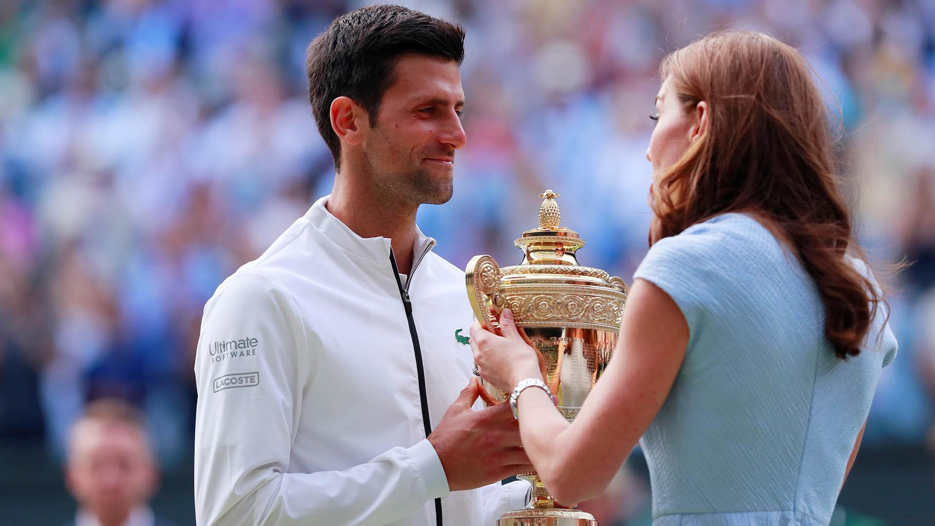 Kate Middleton le entrega el trofeo a Djokovic (REUTERS)