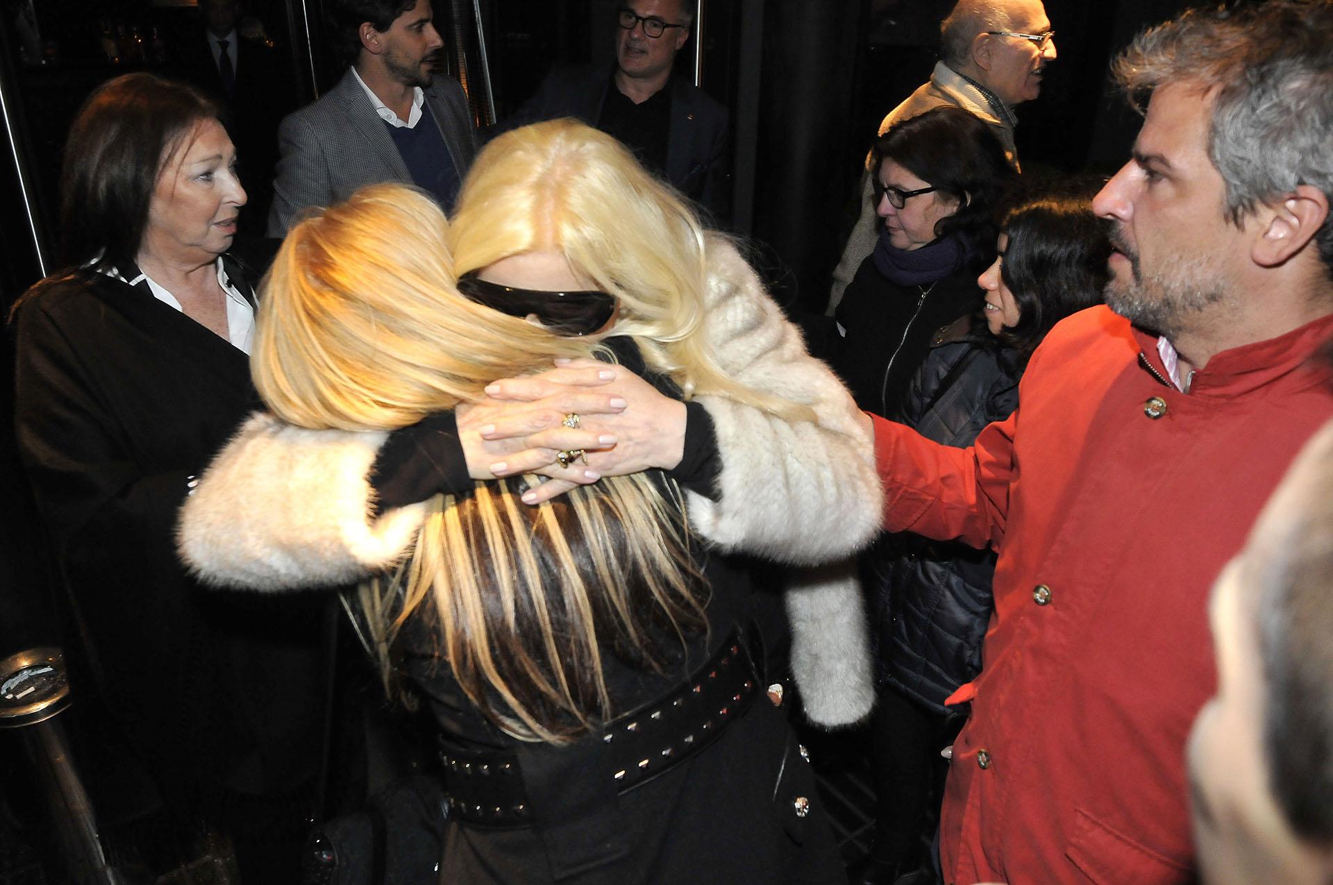 A la salida, Susana se abrazó con amigos y familiares que la acompañaron en el regreso de su programa