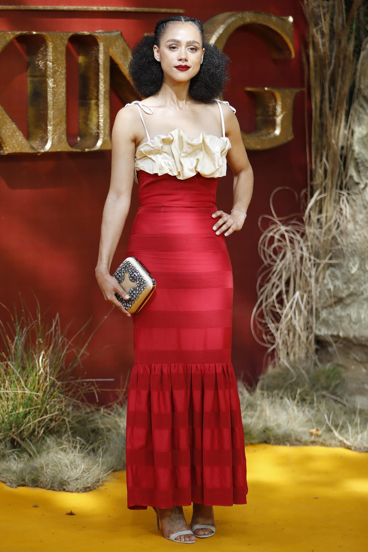 Nathalie Emmanuel, con look elegante en colorado y champagne