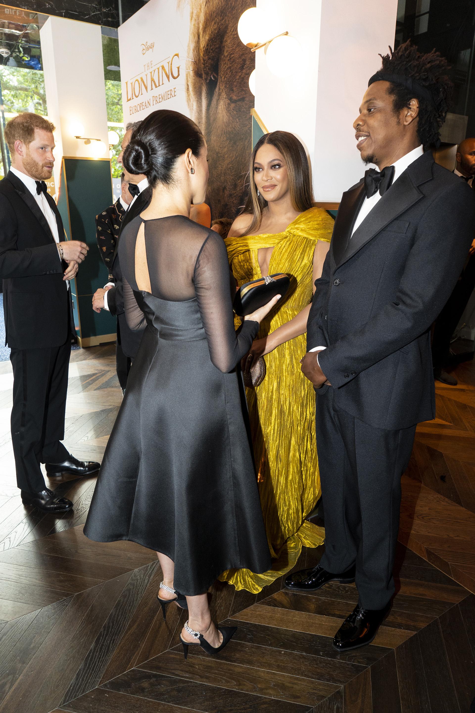 El príncipe Harry, la ex actriz Meghan Markle eligieron vestirse negro, saludaron a la cantante de Beyoncéy el raperoJay-Z