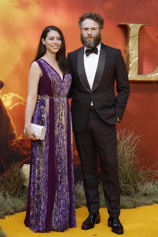 Seth Rogen-con smoking protocolar- posa con su mujer