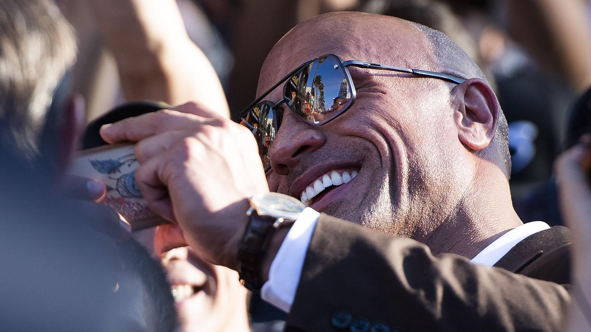 Dwayne Johnson, The Rock, saludando a los fans en la premiere de'Fast & Furious: Hobbs & Shaw'