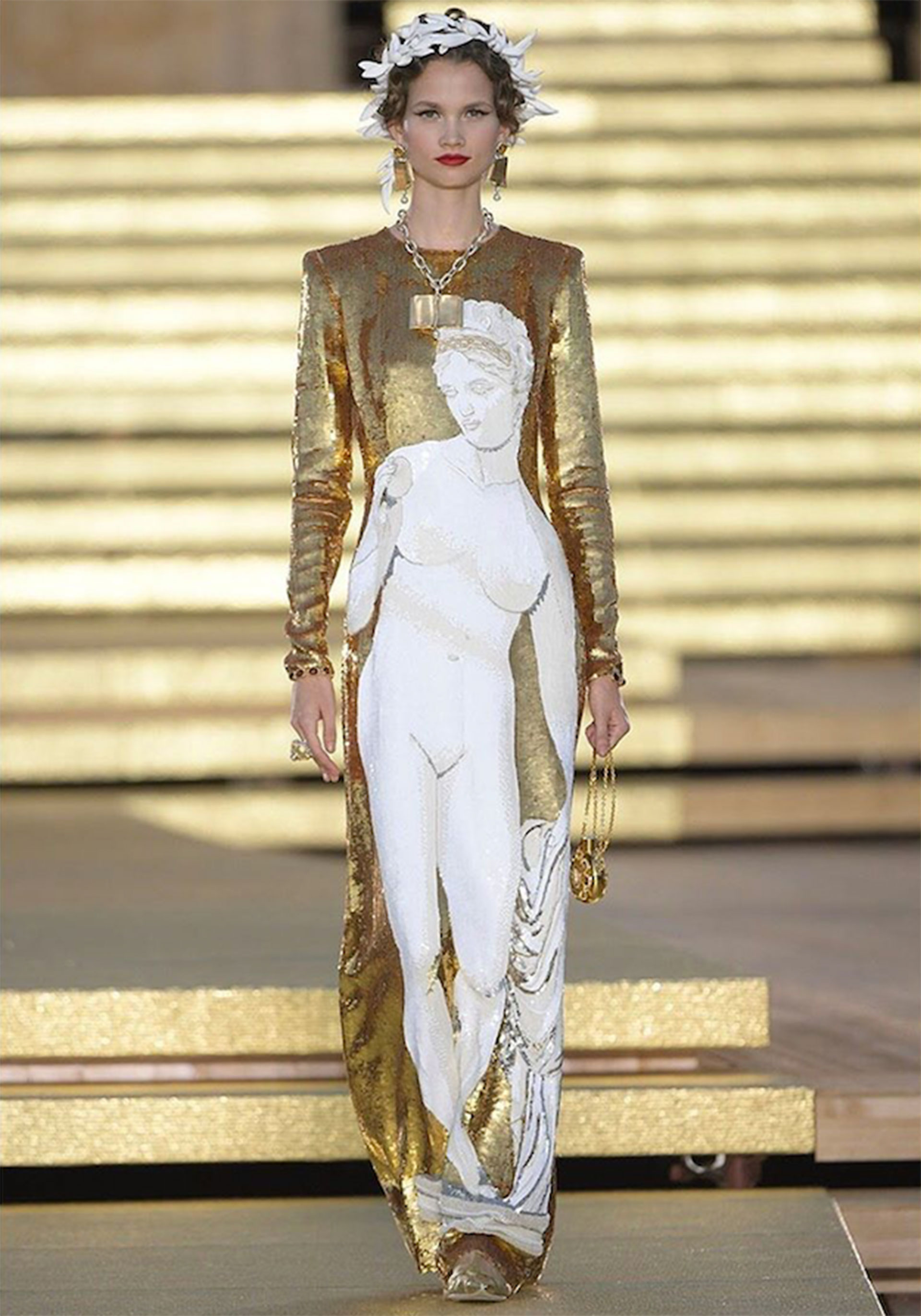 Vestido georgette totalmente bordado con lentejuelas.