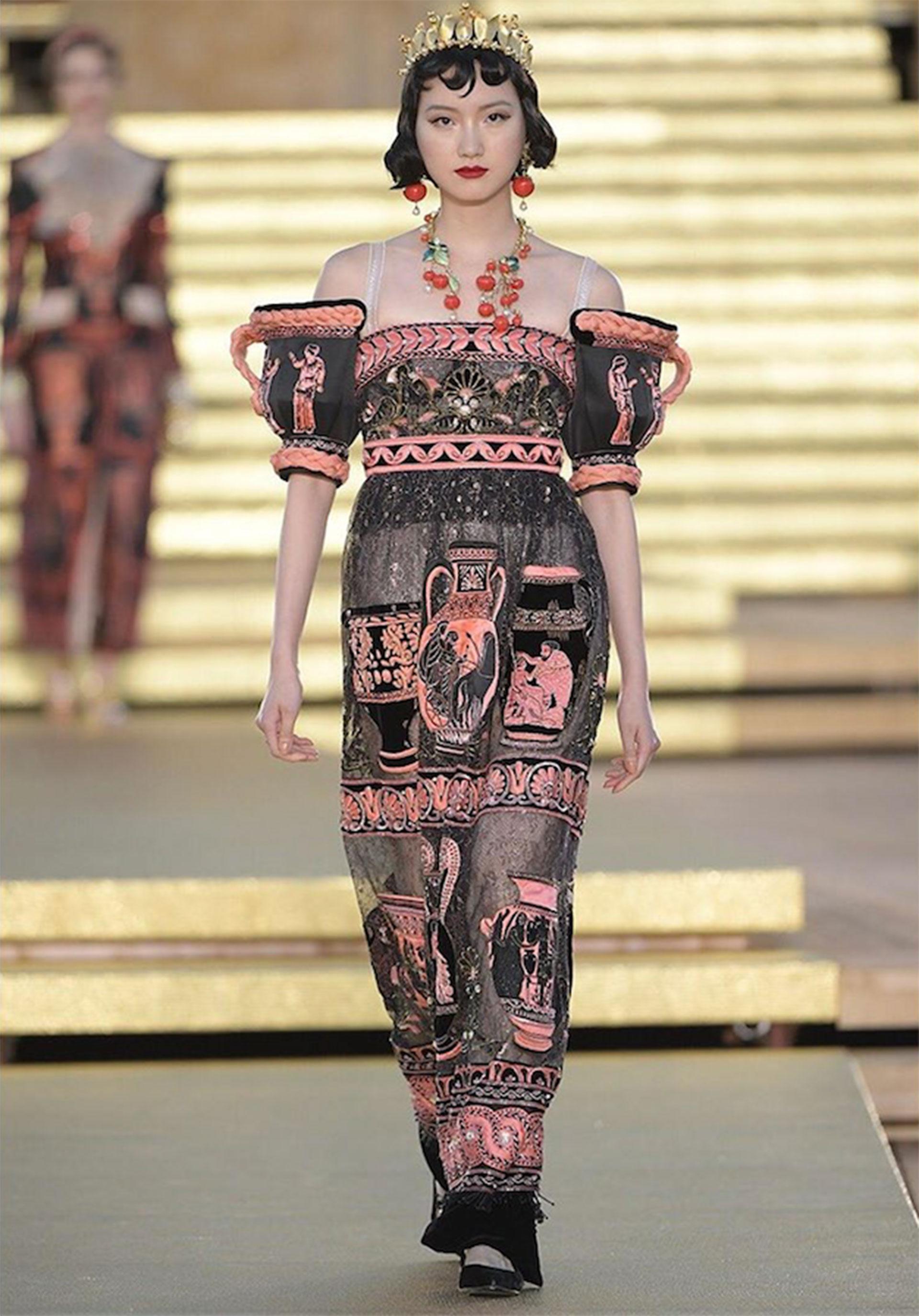 Vestido de la línea Imperial en encaje de lurex con bordado 3Dde jarrones helénicos.