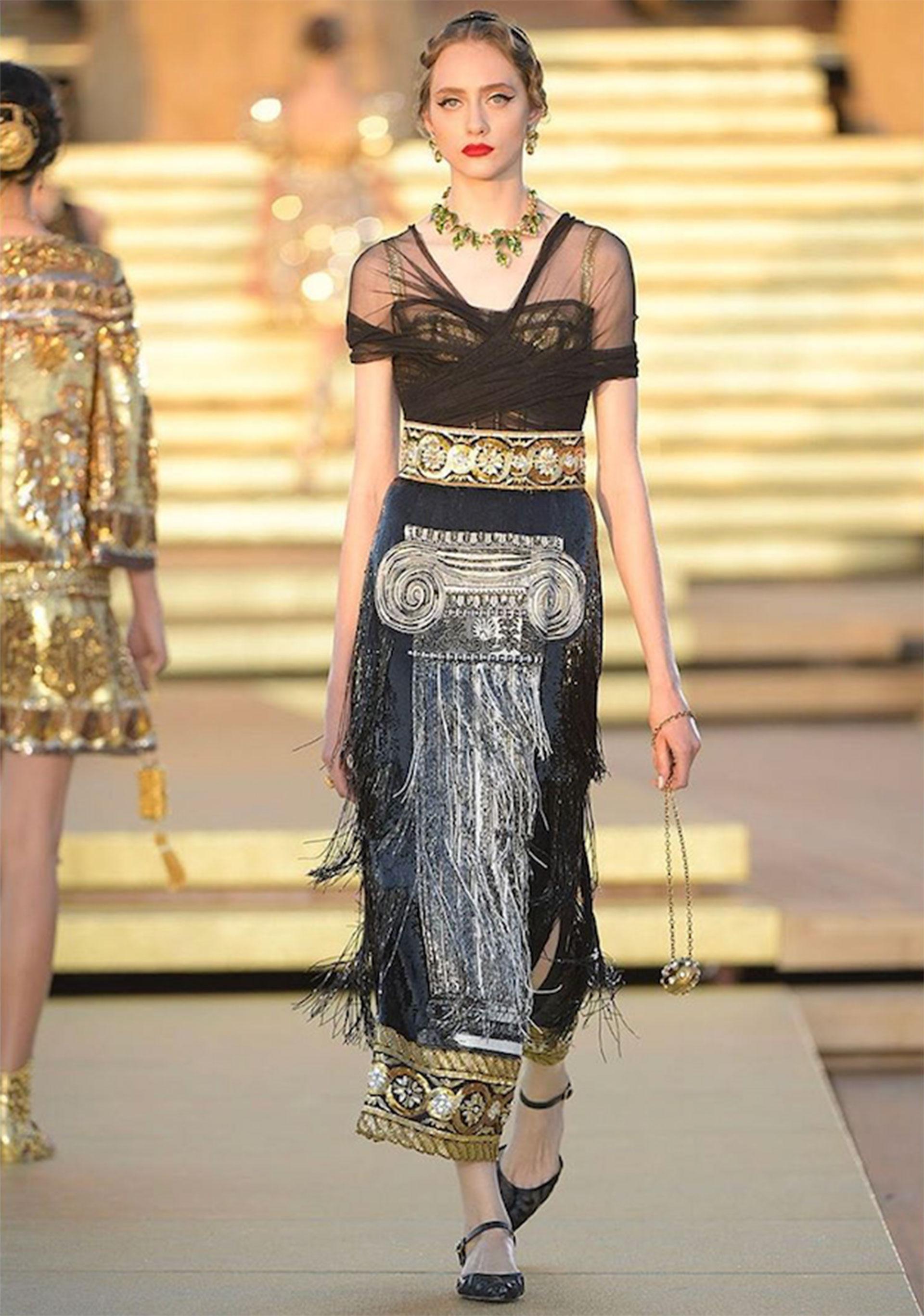 Falda de georgette con aberturas bordadas con lentejuelas. El corsé está cubierto de tul de seda.