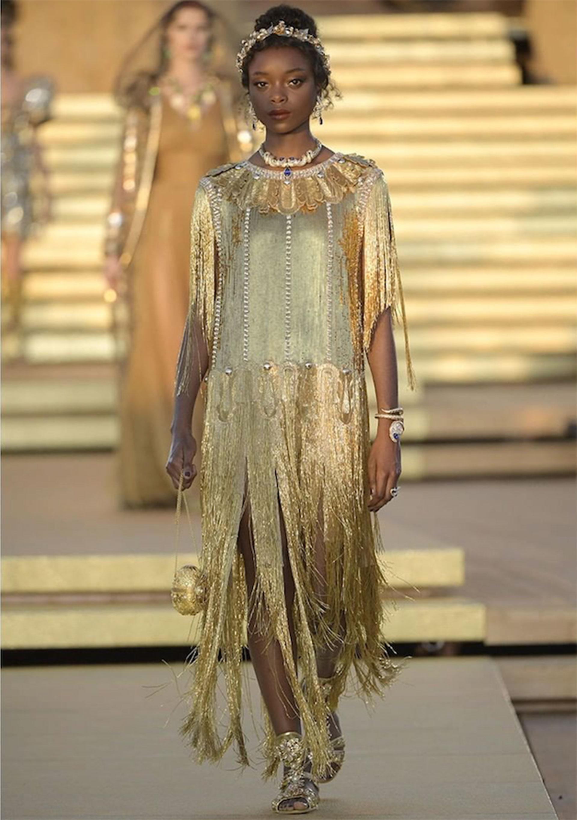 Vestido de georgette bordado con lentejuelas y cristales. Los bordes, detalles y flecos están adornados con cuentas de corneta.