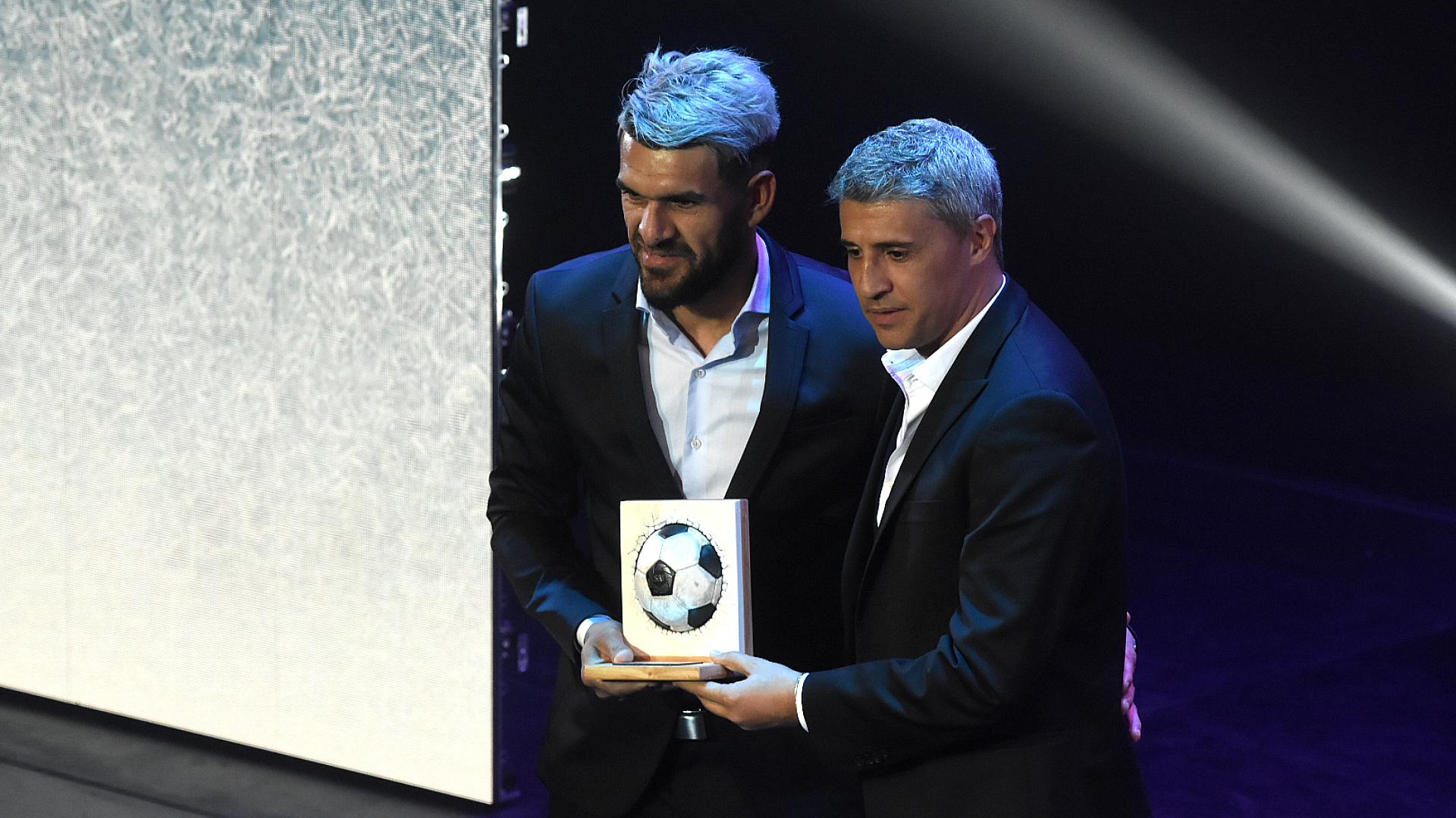 Javier Toledo, delantero de Atlético Tucumán, recibió el galardón al goleador de la Copa de la Superliga de parte de Hernán Crespo, DT de Banfield