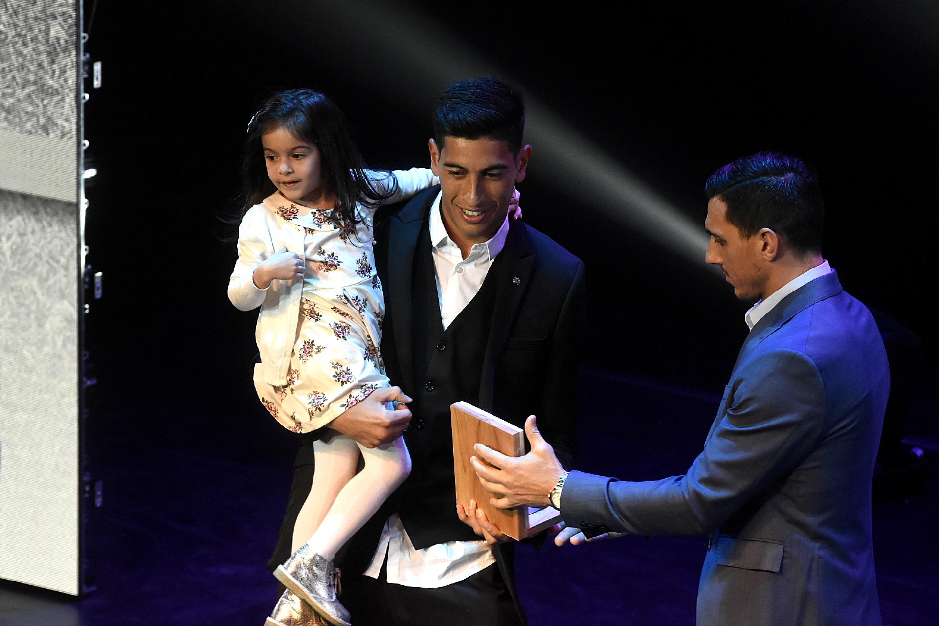 Esteban Andrada con el premio al mejor arquero de la Superliga