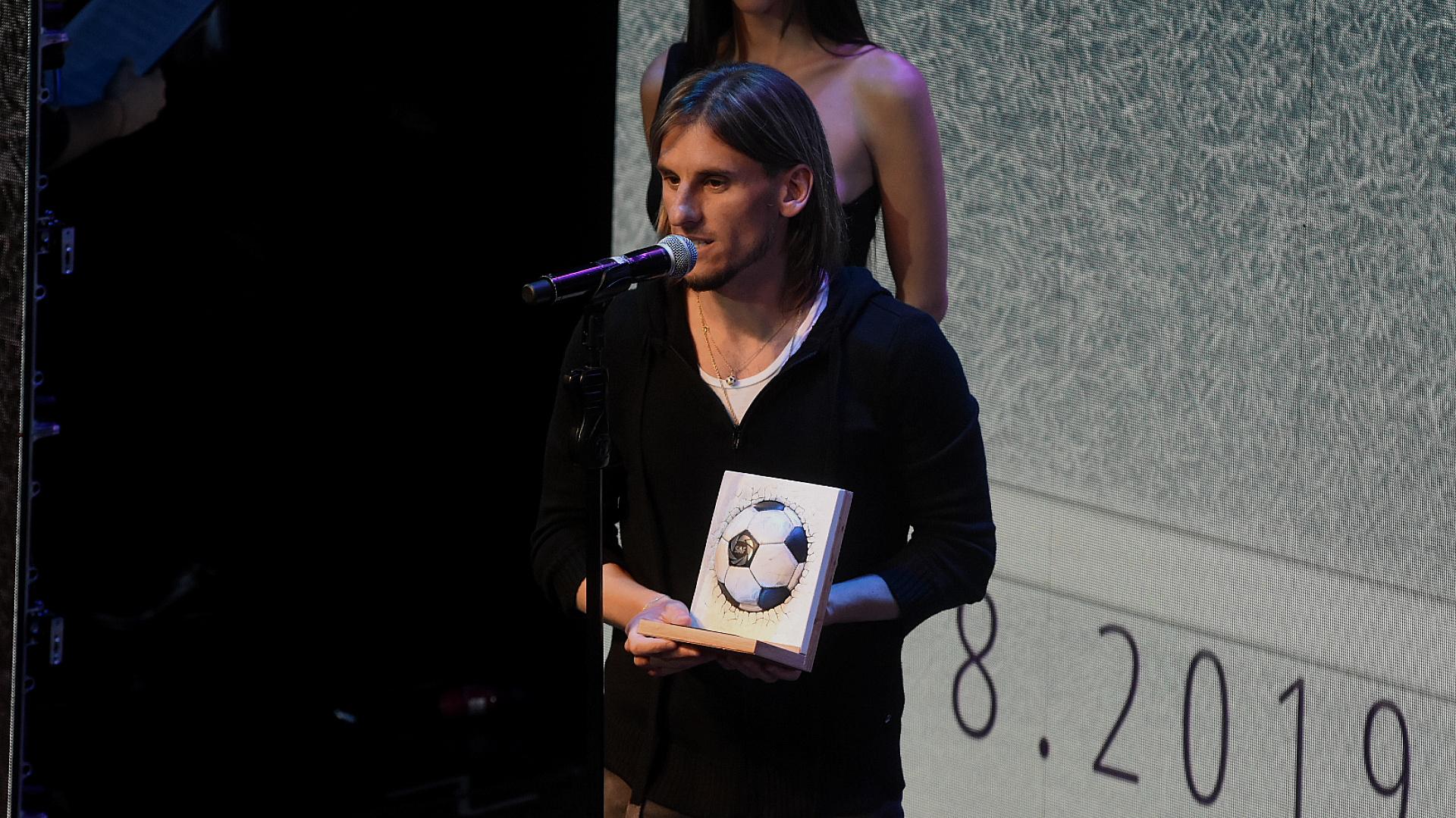 El entrenador Sebastián Beccace muestra el premio Fair Play que se llevó Defensa y Justicia, su ex club