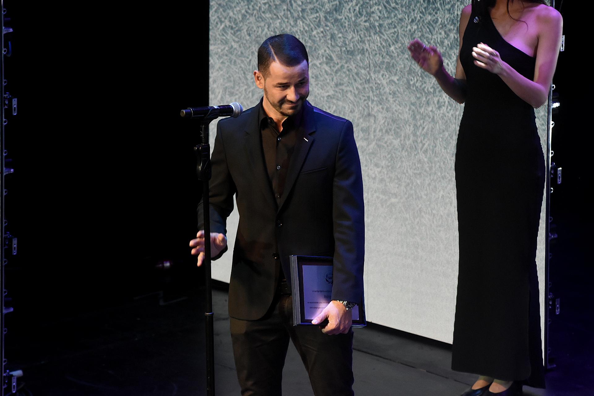 Rodrigo Mora con su premio a la trayectoria