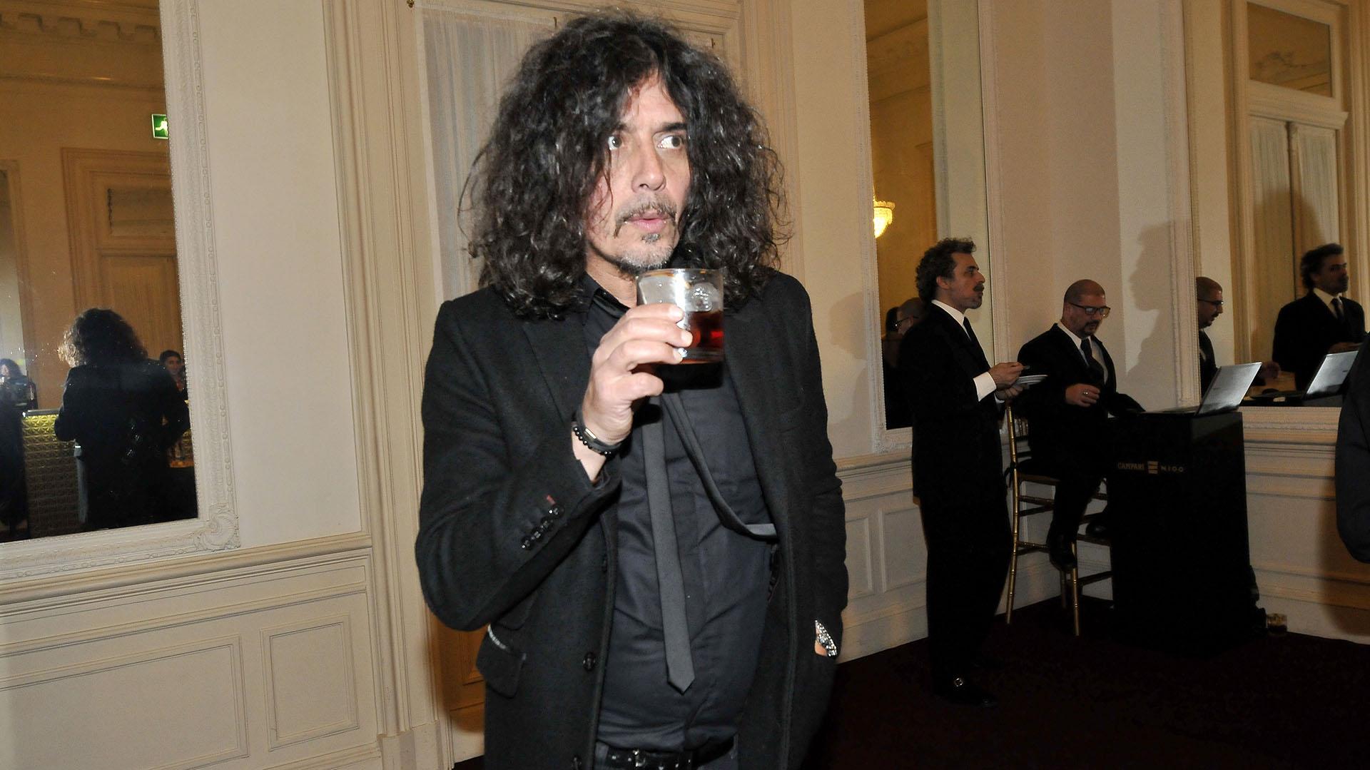 Zorrito Von Quintiero eligió un un saco y camisa negra. El músico también estuvo presente en el festejo de los 100 años de Campari