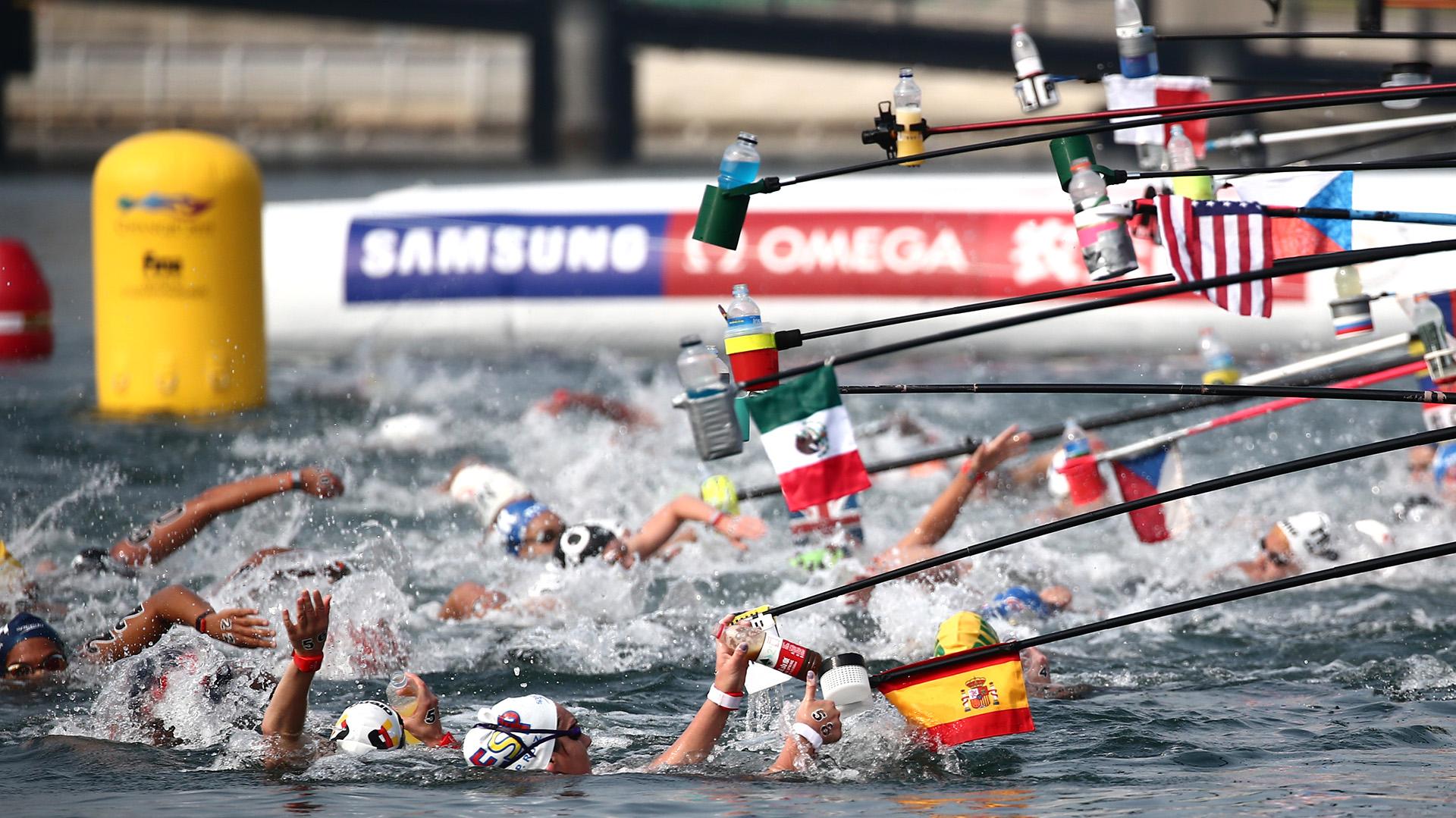 Las mujeres en plena competición de los 10 kilómetros de aguas abiertas