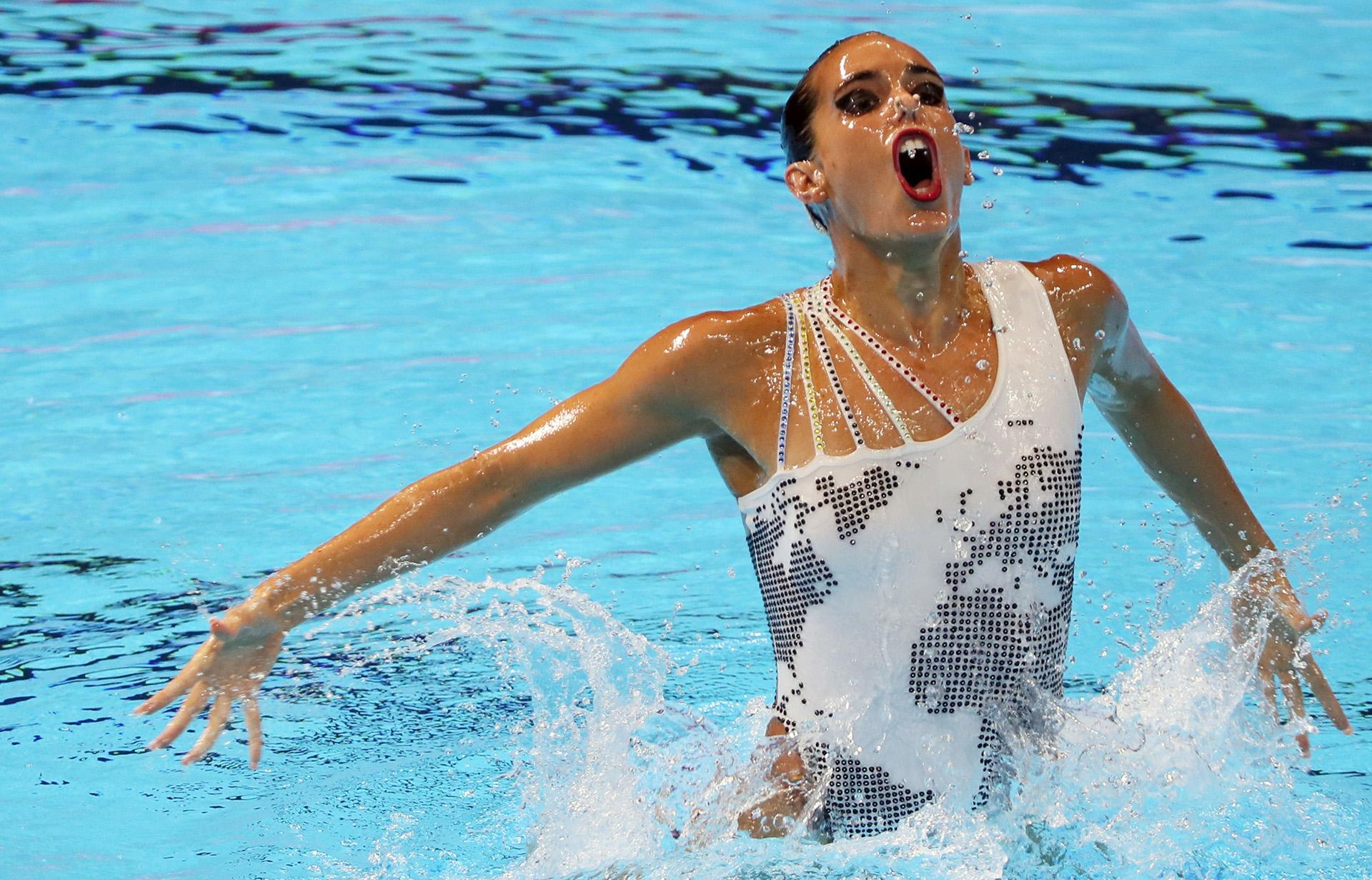 La española Ona Carbonell toma aire durante la final de rutina técnica