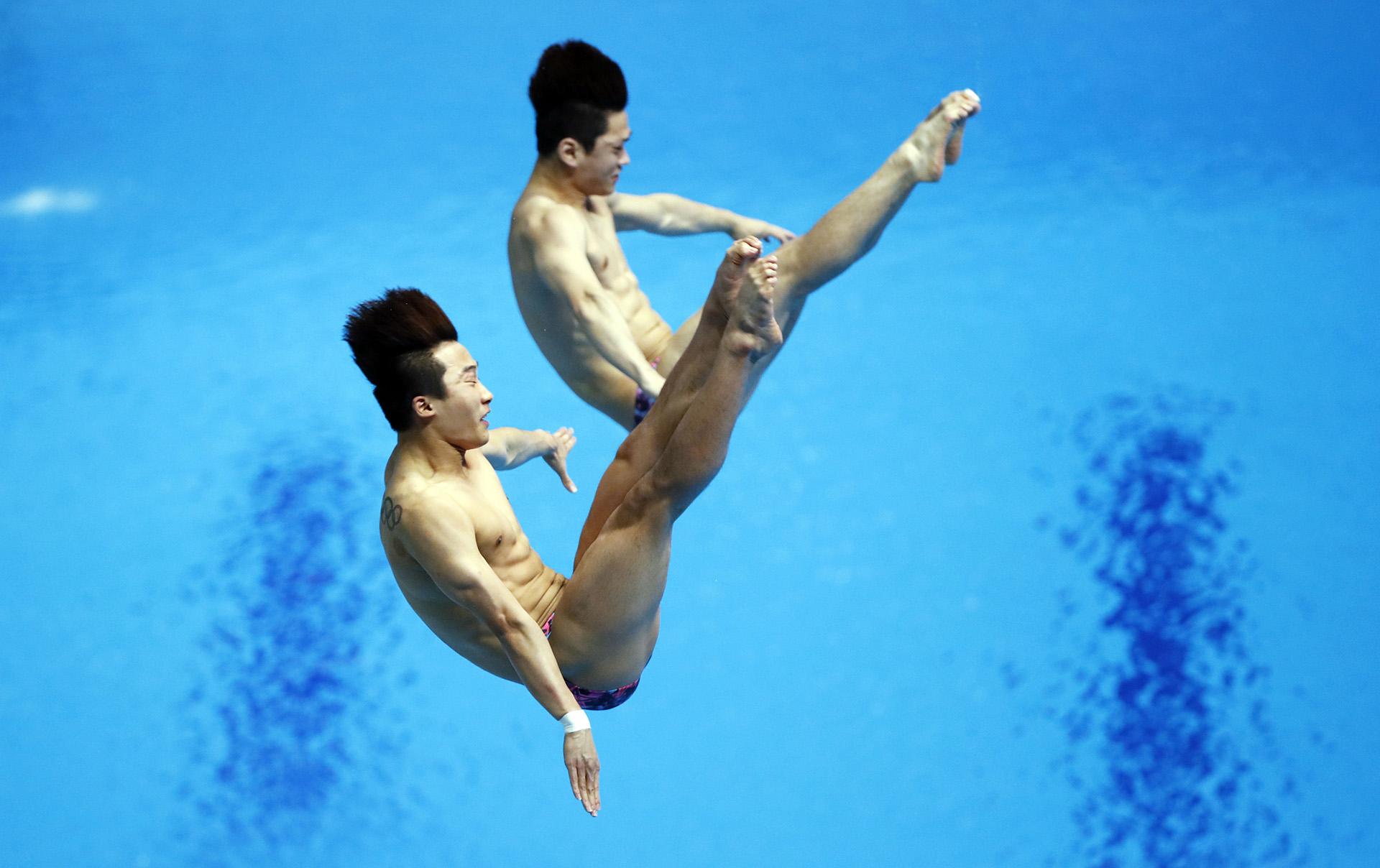Los surcoreanos Woo Ha-ram y Kim Yeong-nam Kim durante la prueba de trampolín de 3 metros