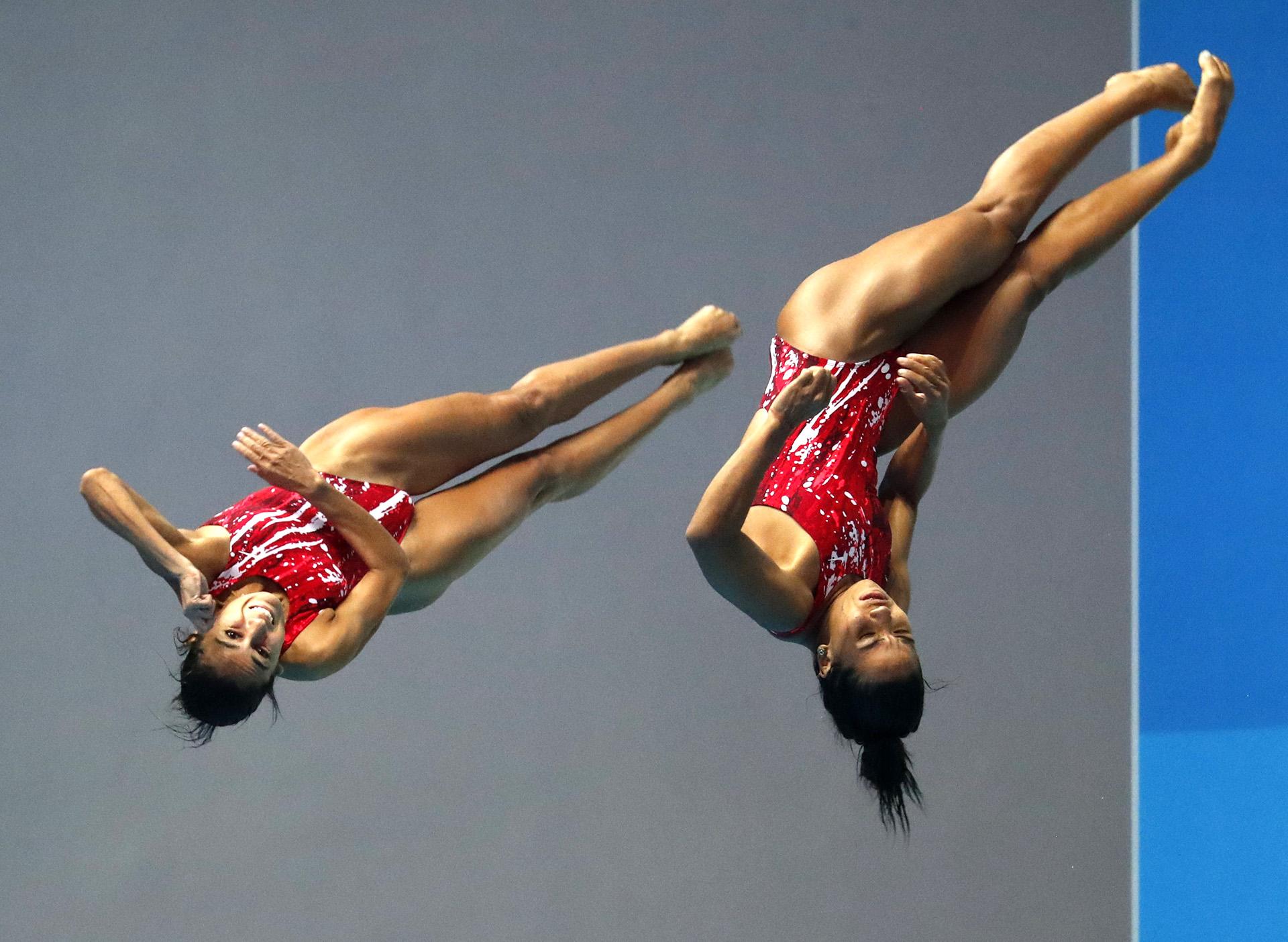 Las mexicanas Paola Espinosa Sanchez y Melany Hernandez Torres buscando coordinación en el aire